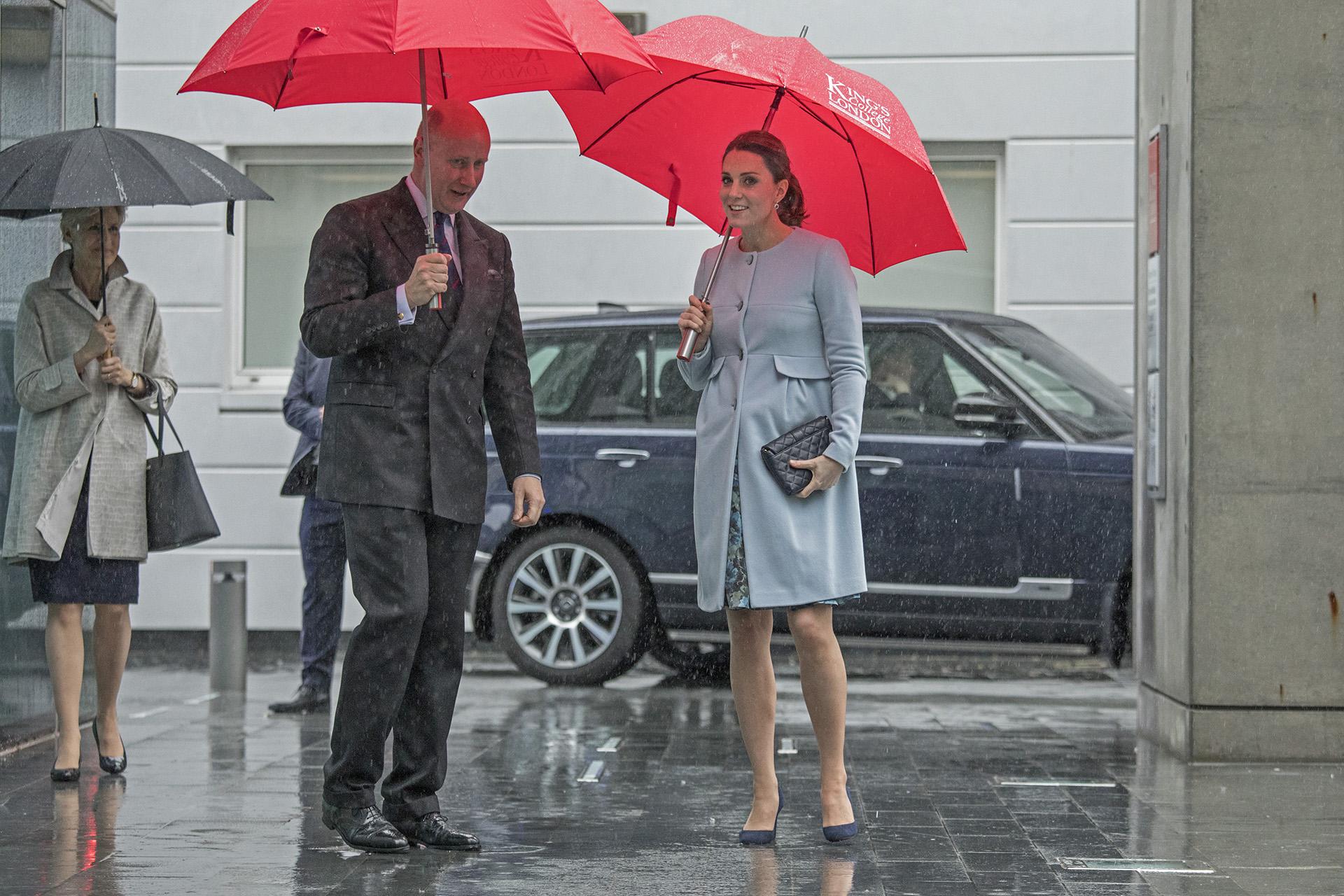 La duquesa, que anunció su embarazo en septiembre, fue recibida por el director del King's College, Christopher Geidt