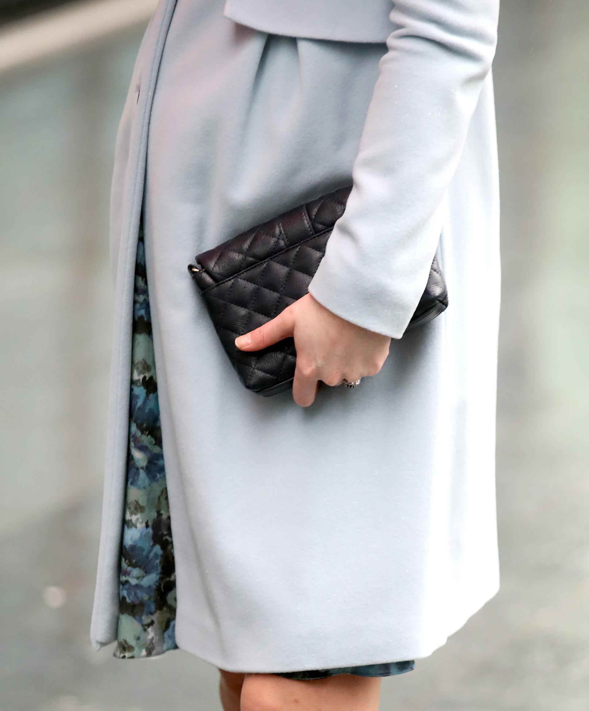 El detalle del estampado floral de su vestido y de la pequeña cartera negra