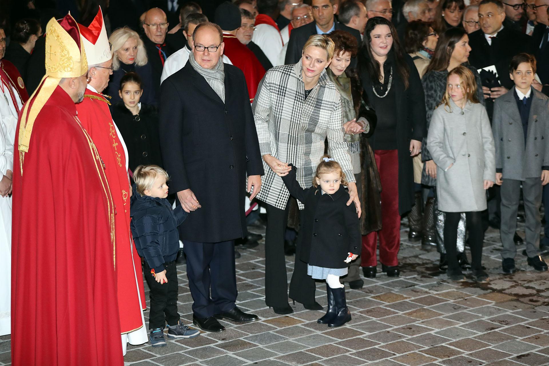 Alberto de Mónaco junto a su mujer, la princesa Charlene, y sus hijos Gabriella y Jacques durante la ceremonia