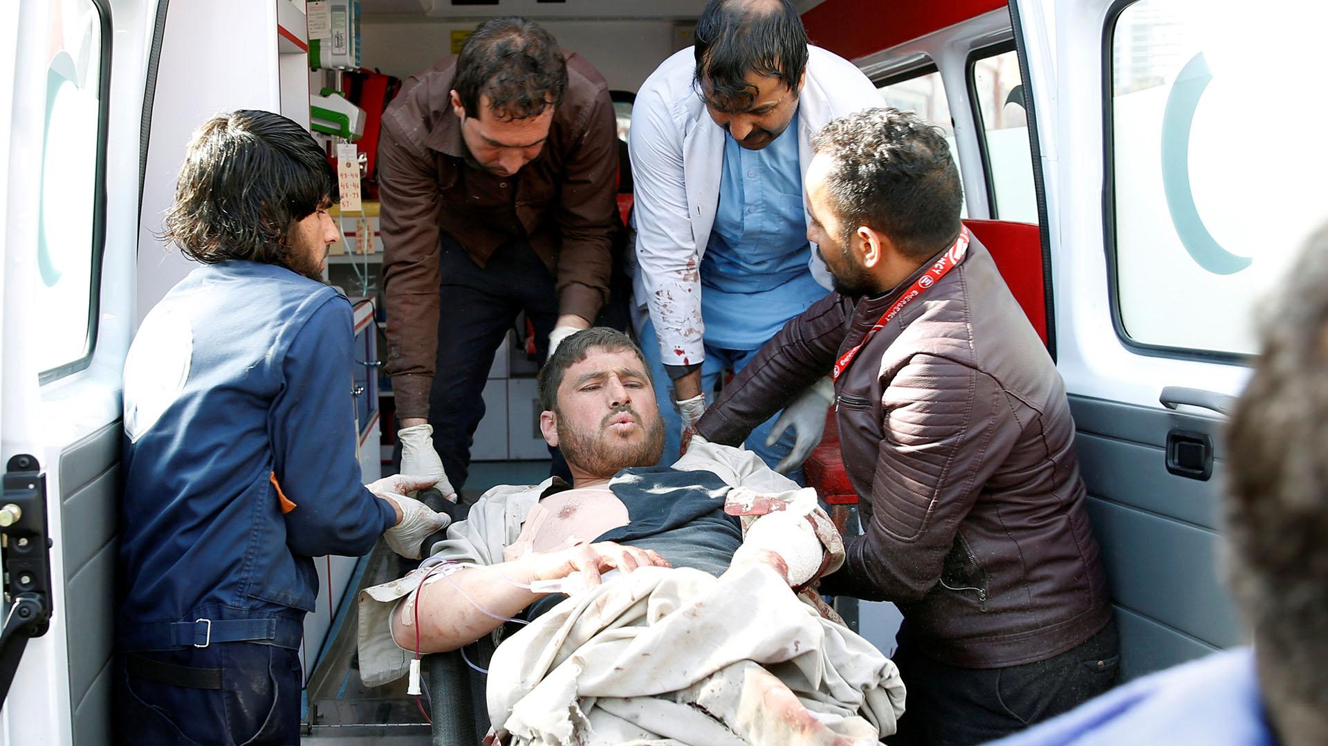 Un hombre es trasladado al hospital tras la explosión en el centro de Kabul (Reuters)