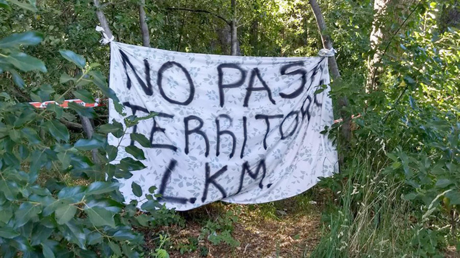 Una de las banderas que está instalada en el territorio tomado por la comunidad mapuche (@PPTenel13)