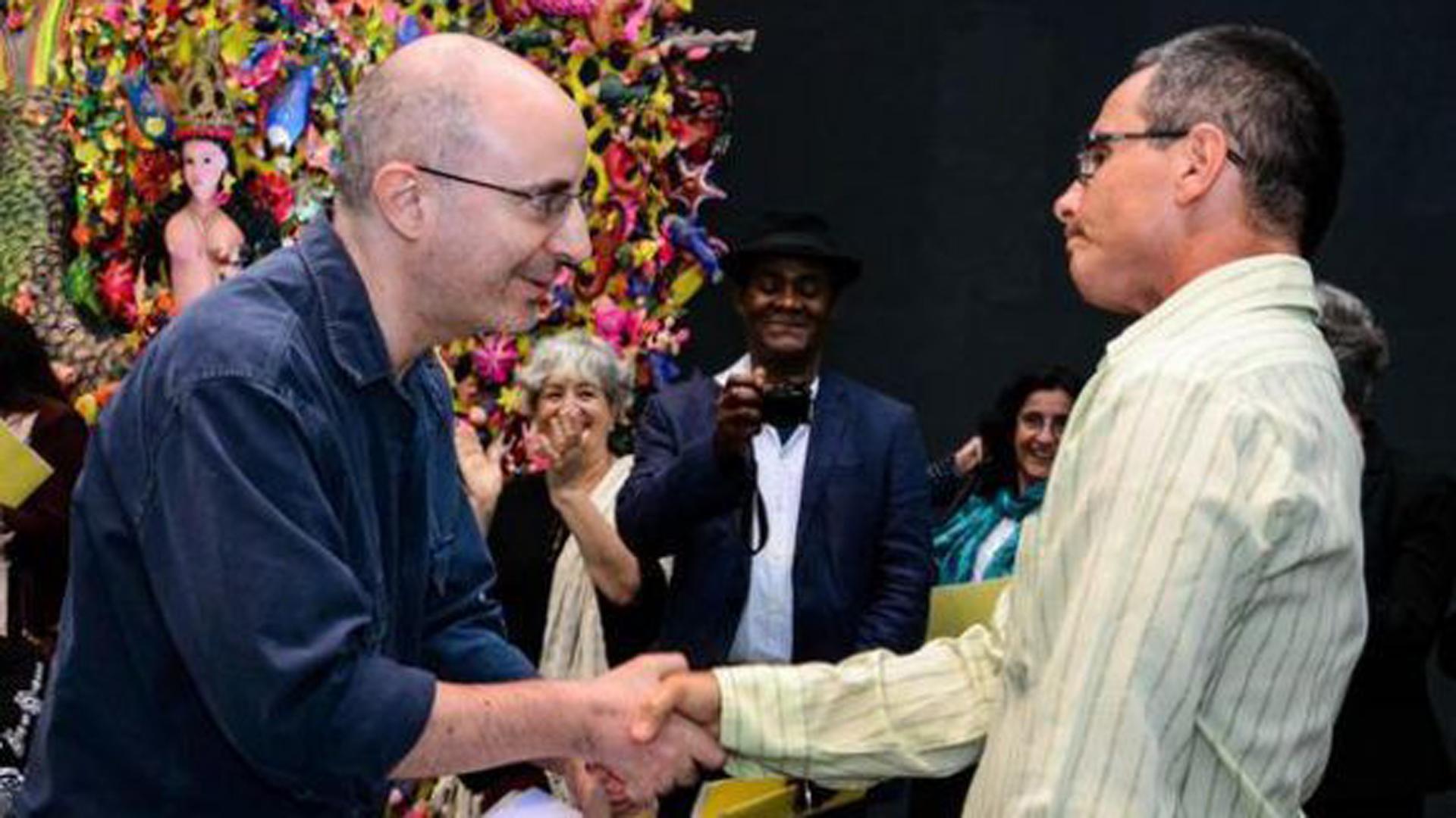 El escritor cubano Rafael Águila (D), obtuvo el Premio Casa de Las Américas, en la categoría de cuento, en acto realizado en la sede de esa institución cultural, en La Habana. Foto: Abel Padrón Padilla / ACN