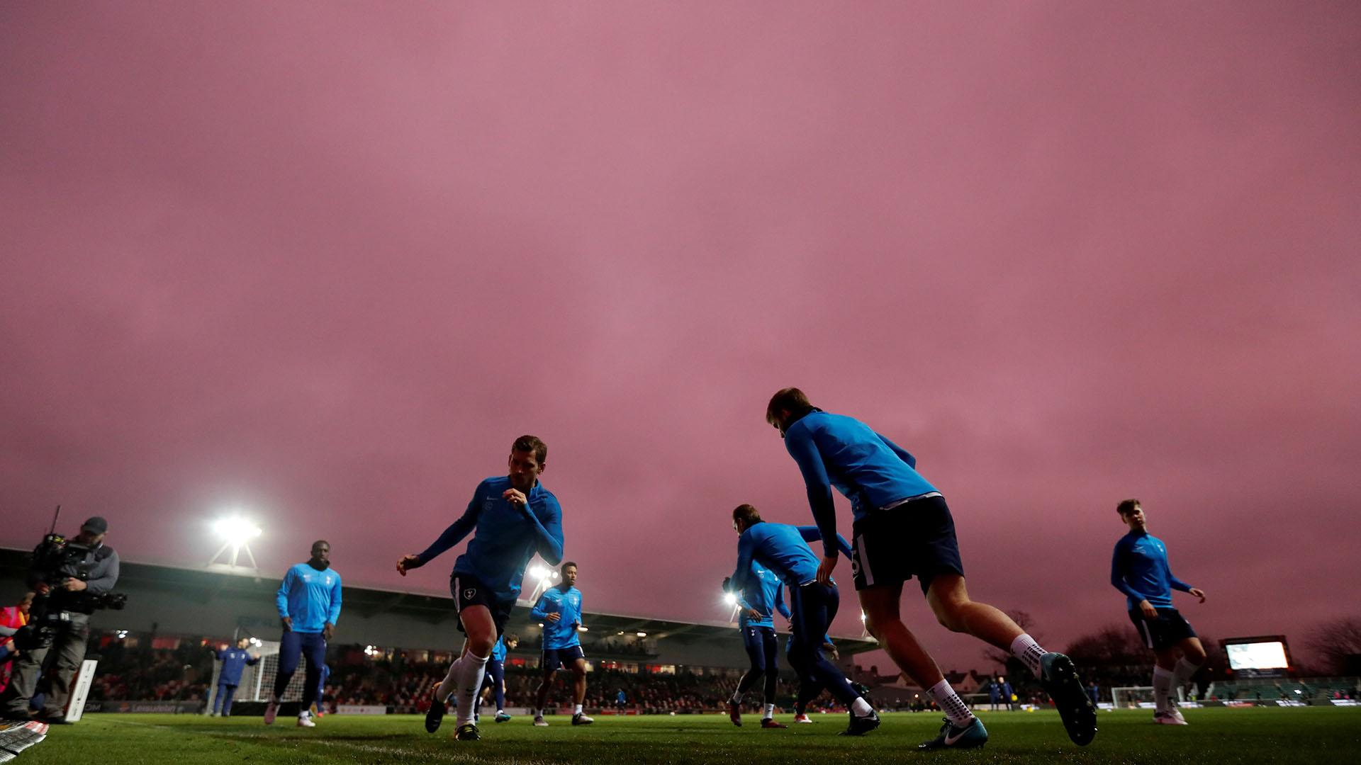 Desde que los jugadores salieron a realizar los trabajos precompetitivos, los simpatizantes advirtieron un extraño fenómeno en el cielo