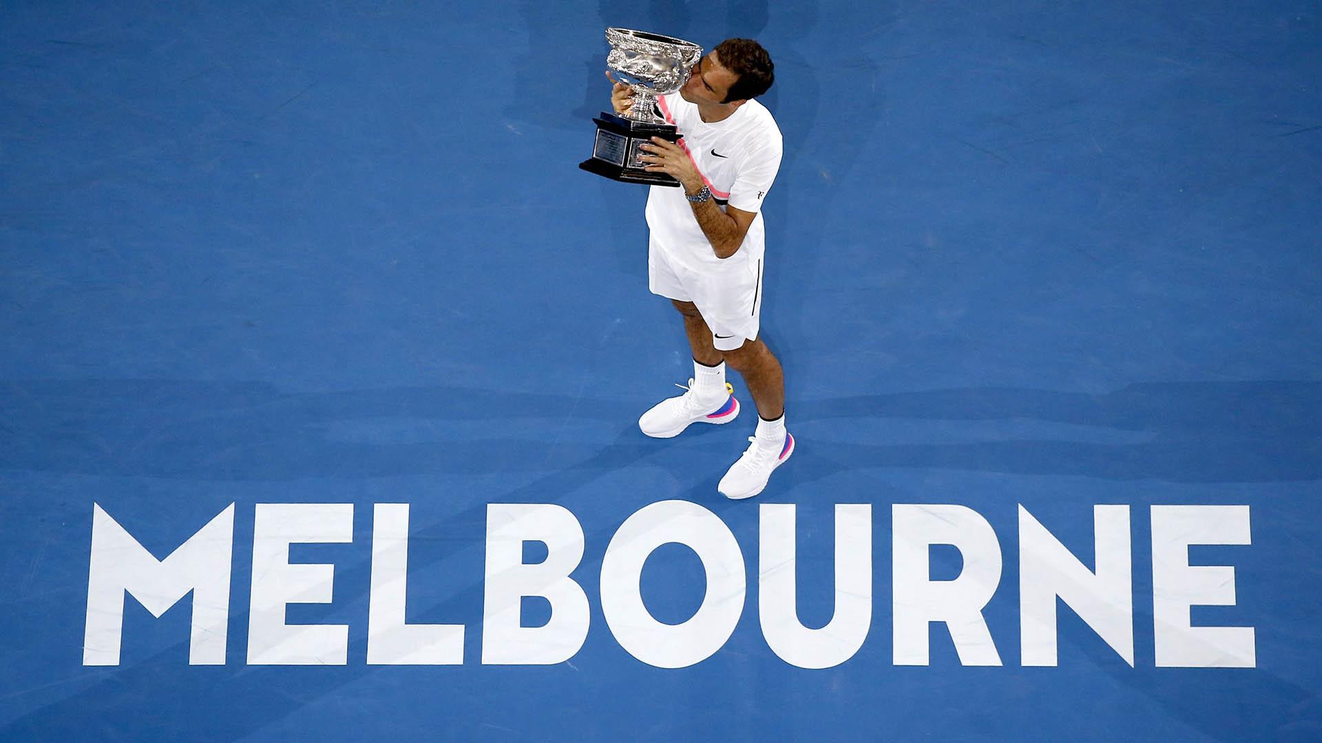 Roger Federer alza la copa del Abierto de Australia, en Sídney, el 28 de enero