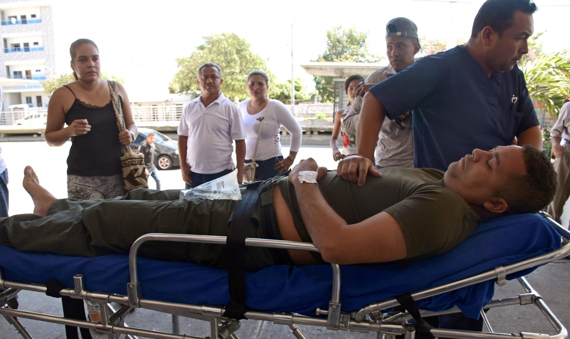 Un policía es trasladado tras el atentado en San José, Barranquilla (Reuters)