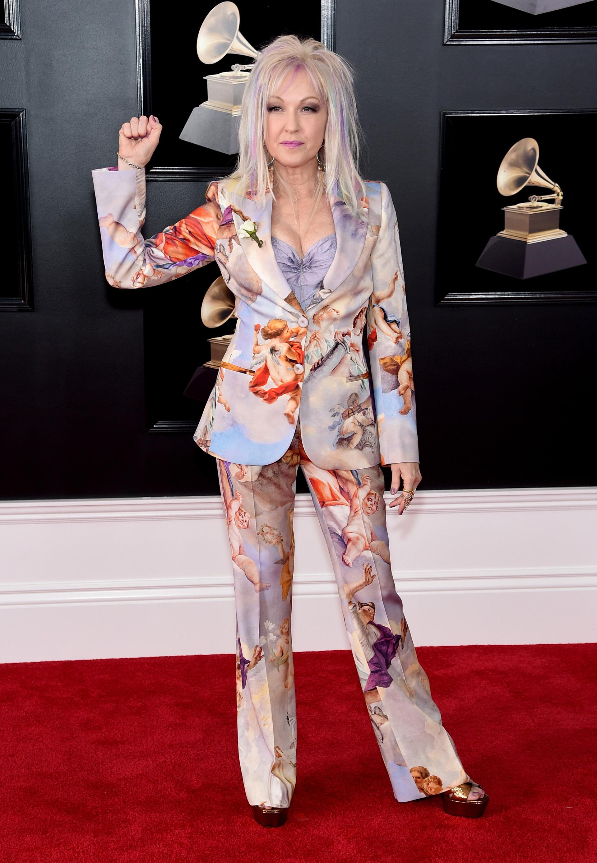 Cyndi Lauper asistió a los Grammy 2018 con un traje masculino estampado con ángeles, camisa celeste y plataformas en ocre
