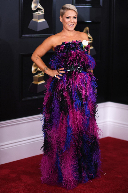 Pink en el 2018 lució un vestido strapless en degradés de azul, violetas y fucsias de plumas y un maxi cinturón de cuero acharolado