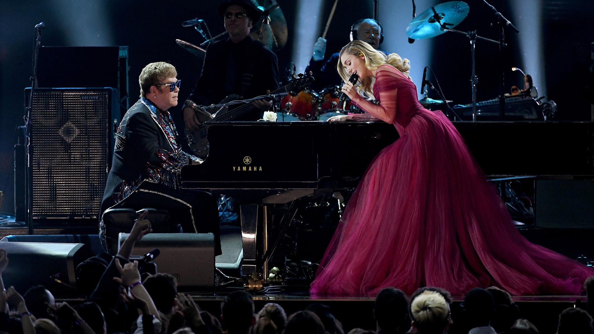 Luego Miley deslumbró con un vestido princesa en color borravino con metros de tul al cantar con Elton John