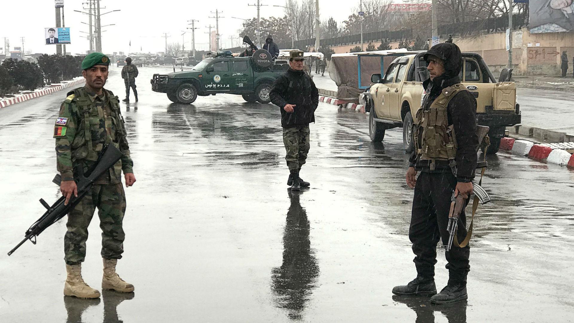 Fuerzas de seguridad afganas cerca de la academia militar atacada este lunes (Reuters)