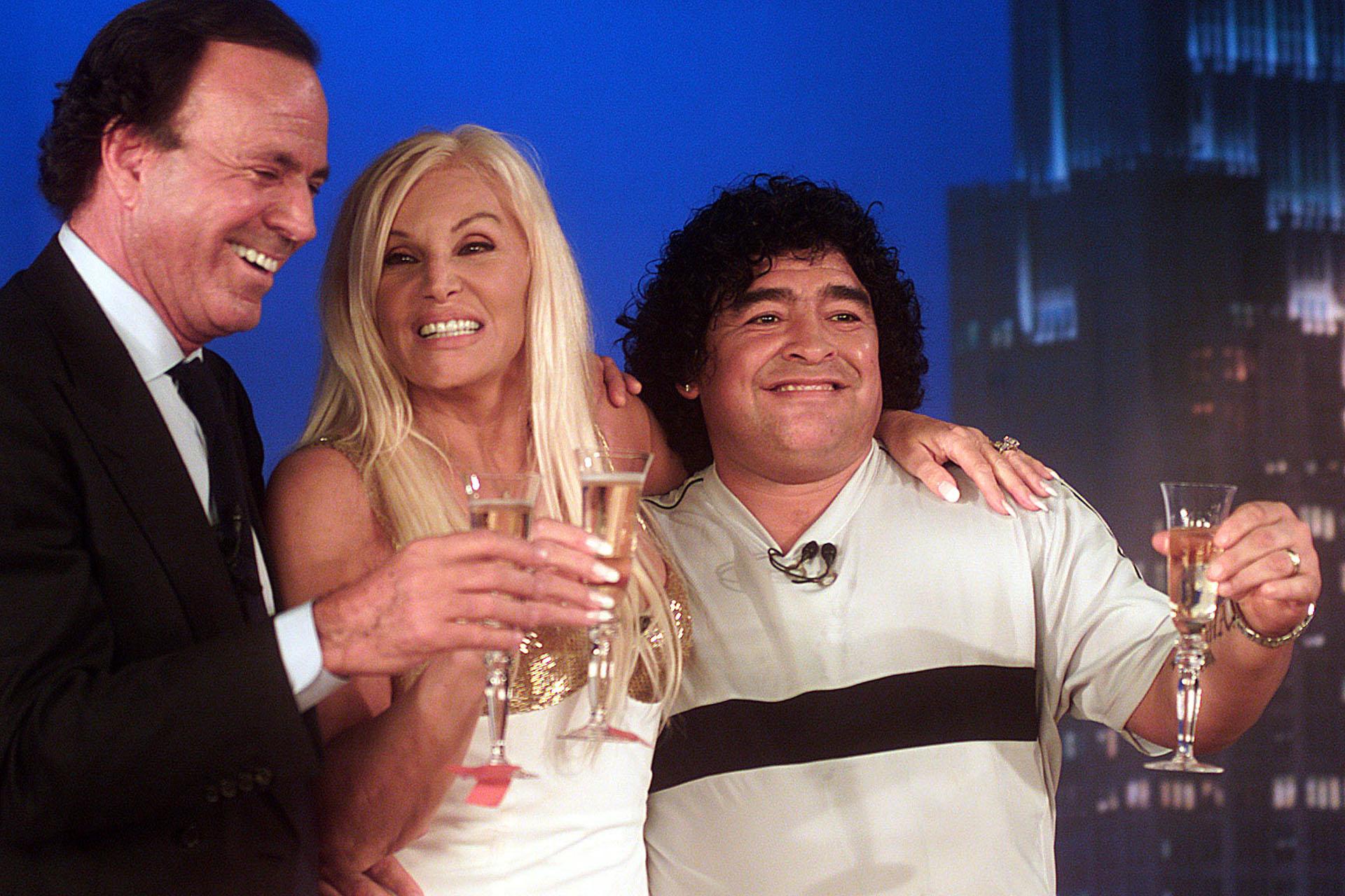 La conductora junto al cantante Julio Iglesias y al astro del fútbol Diego Maradona