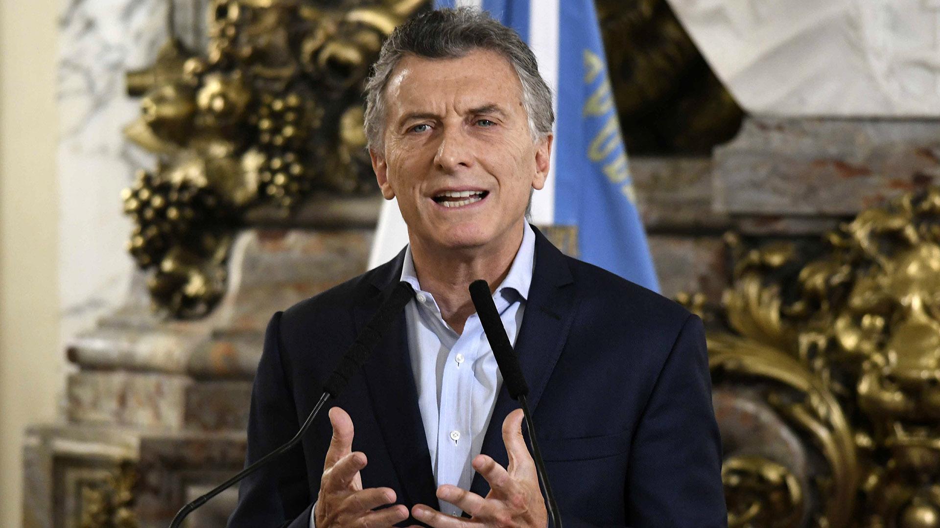 El presidente Mauricio Macri realiza distintos anuncios en el Salón Blanco de la Casa Rosada (Archivo)