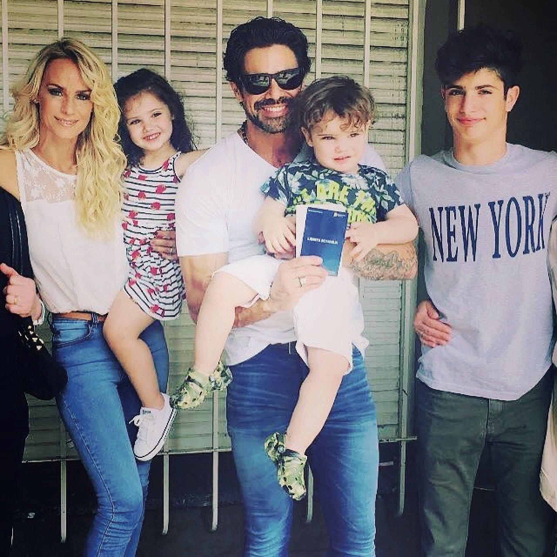 Sabrina Rojas con Luciano, sus dos hijos en común y Mateo.