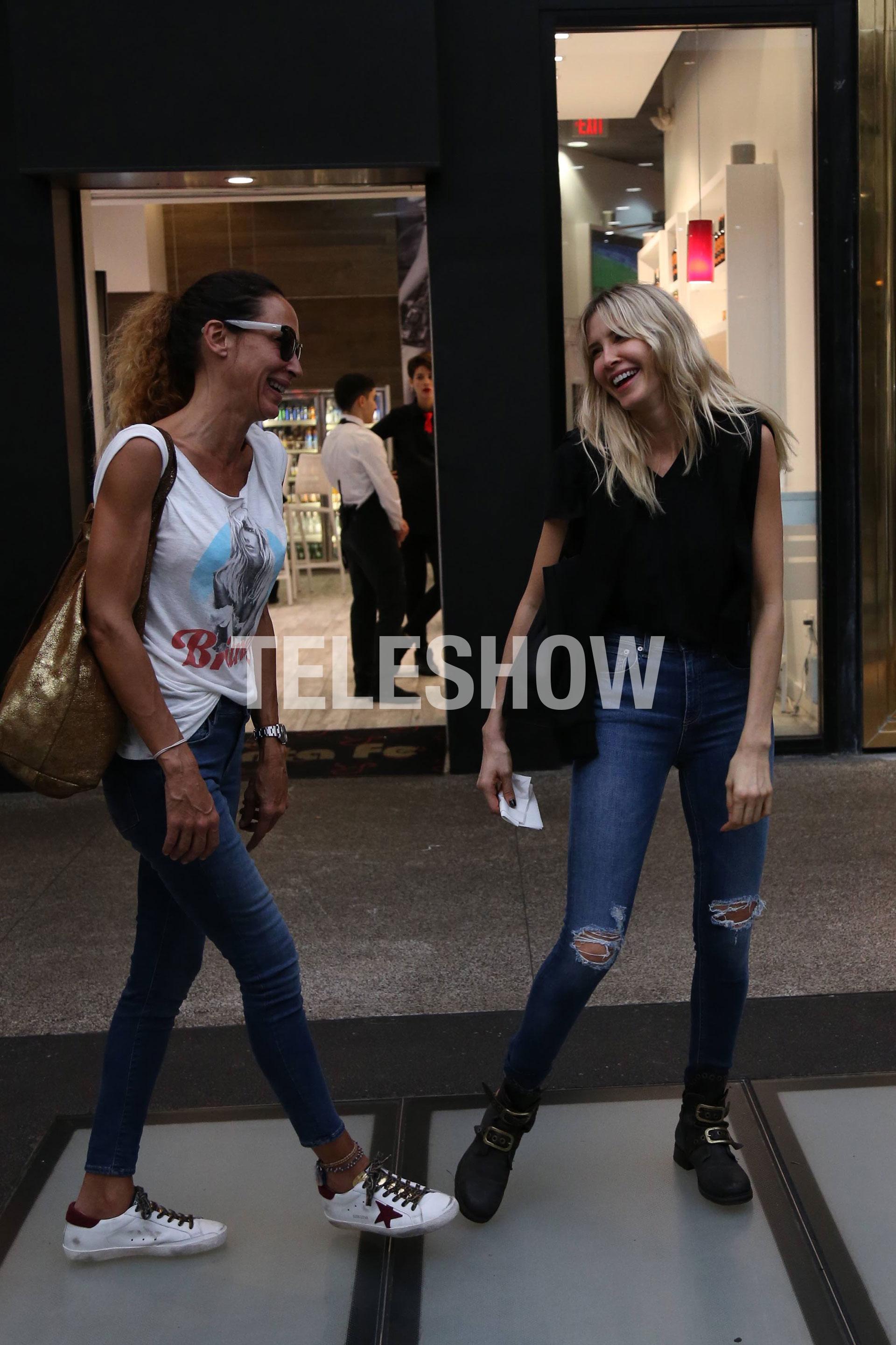 Guillermina ríe con su amiga, Ana Paula Dutil
