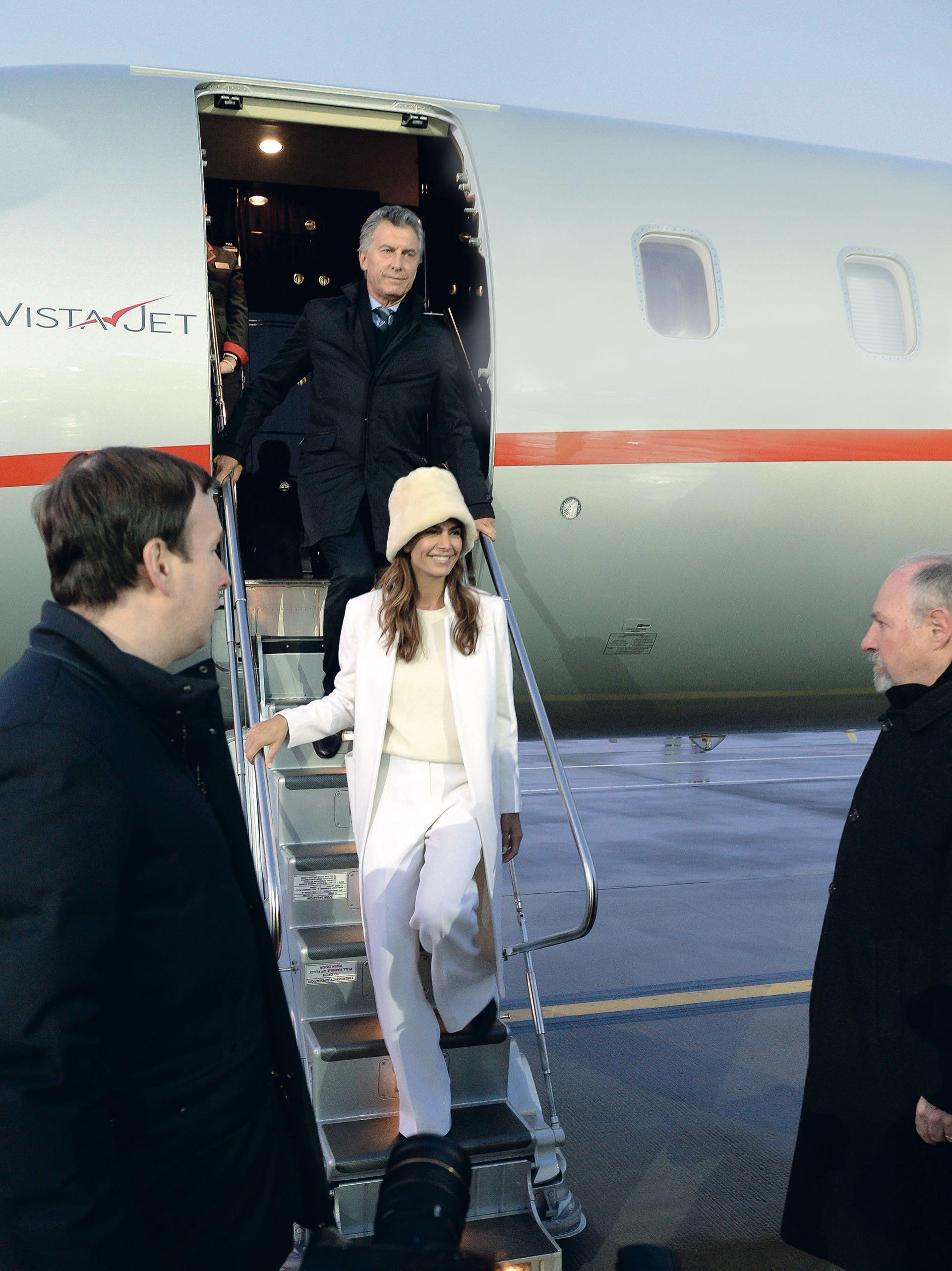 "A Moscú arribó en total white y ""bucket hat"" de piel de toques rusos."