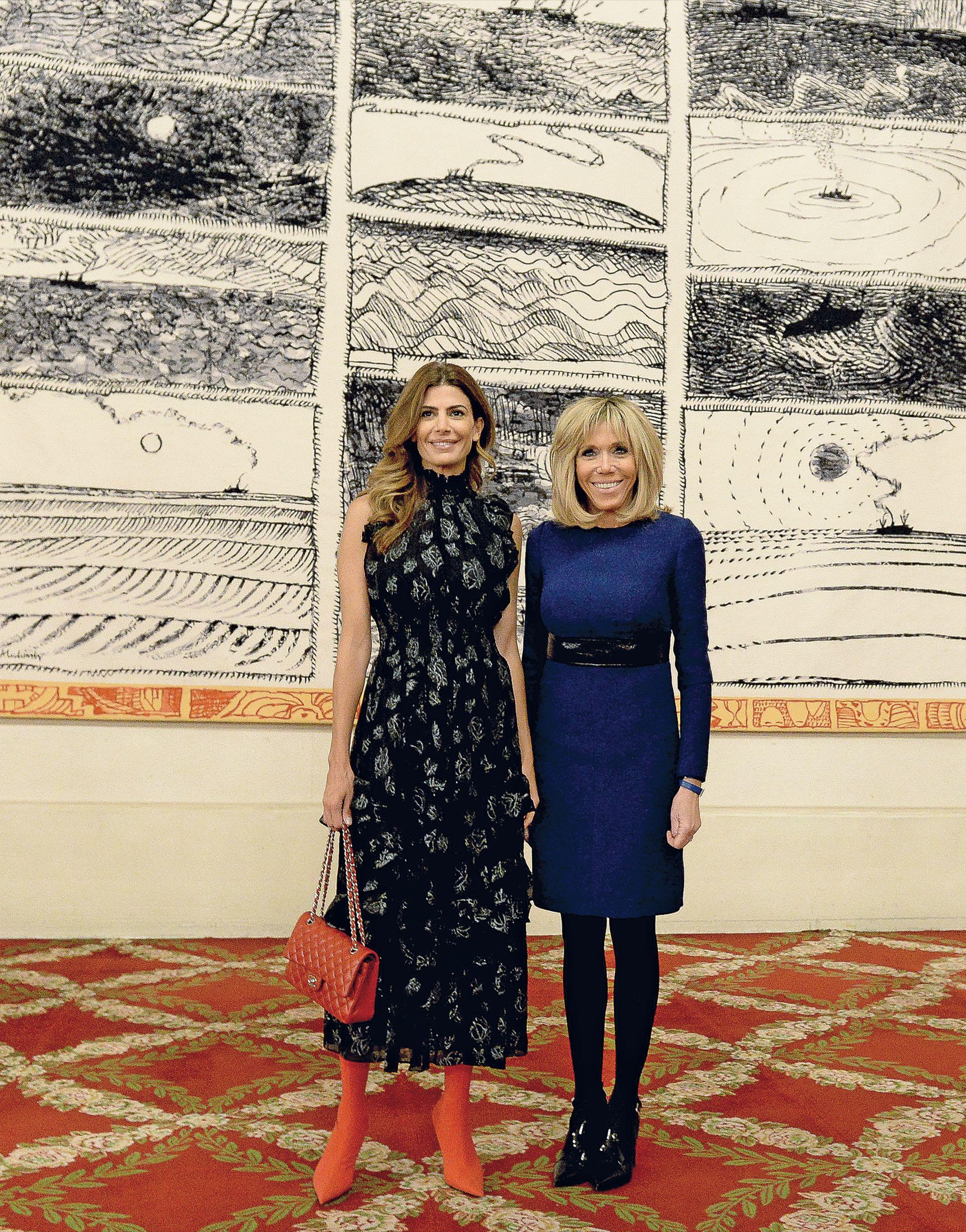 En París, en su meeting con Brigitte Macron, lució jugadísimas botas rojas y con su vestido de brocato matcheó el azul océano de la francesa.