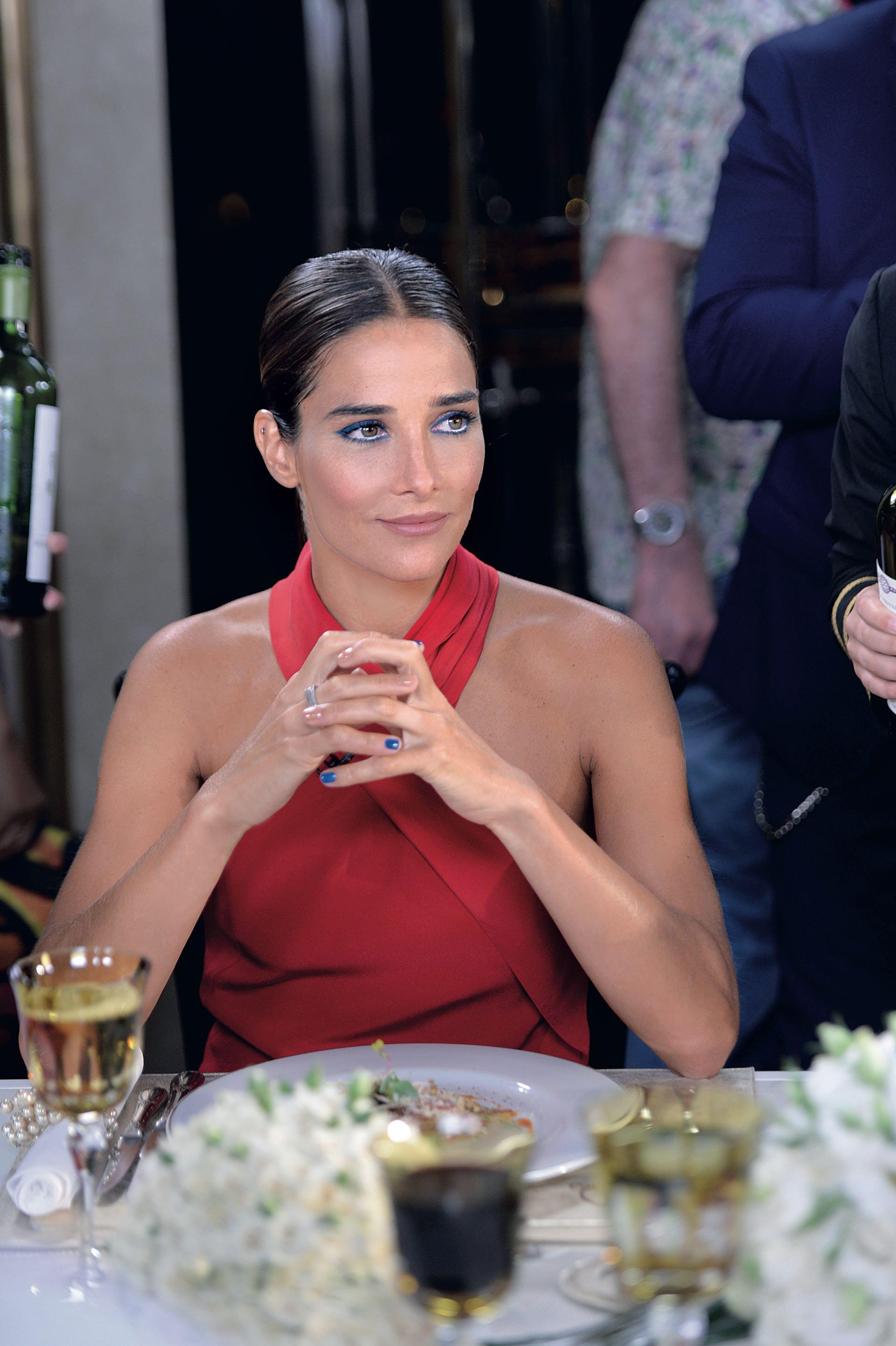 Hermosa, sentada a la mesa de Mirtha para anunciar su debut como conductora. (Foto Diego García/GENTE)