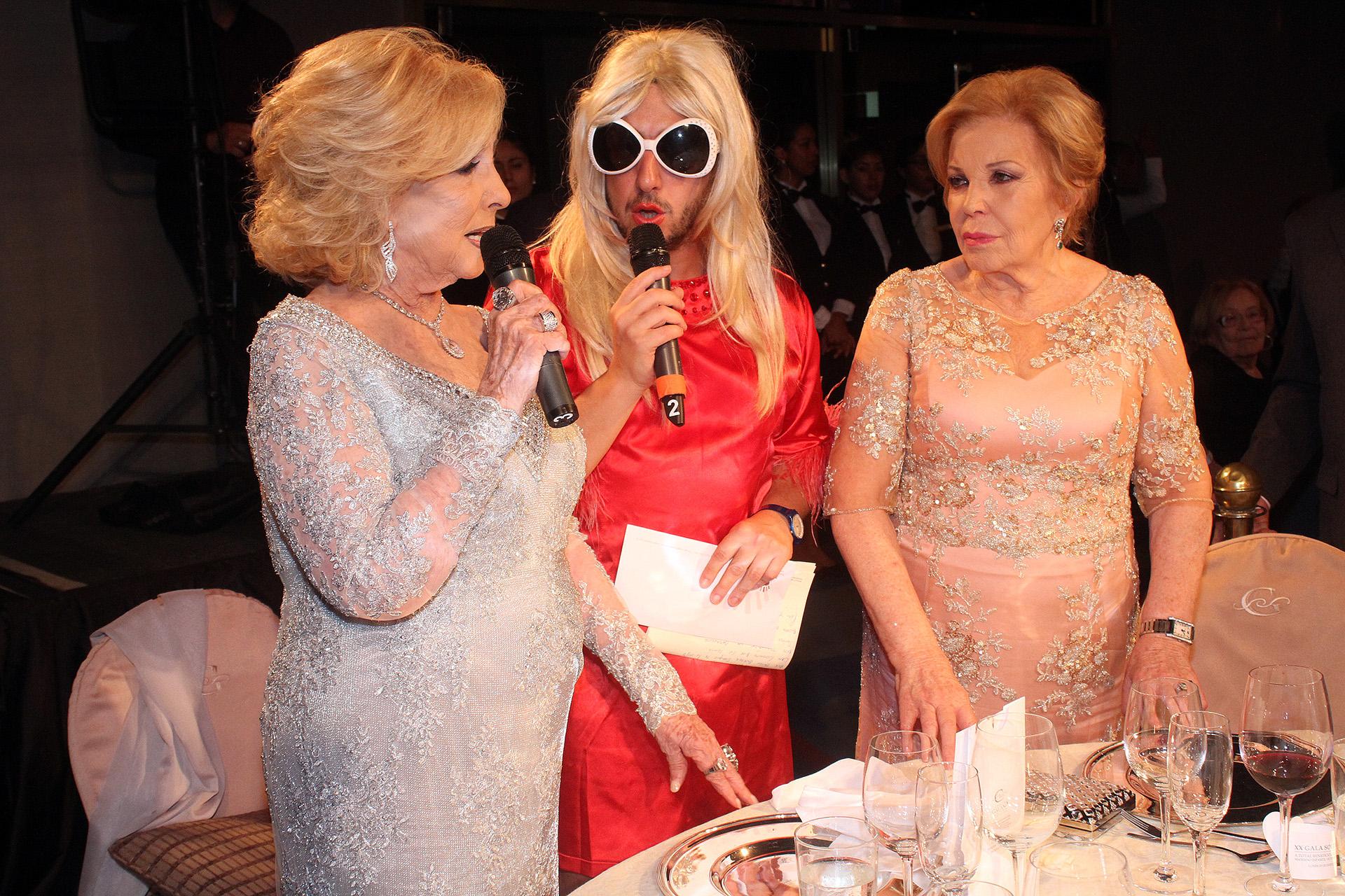 Chiquita y María del Carmen Álvarez Argüelles junto con el personaje de Estelita, interpretado por Jey Mammon