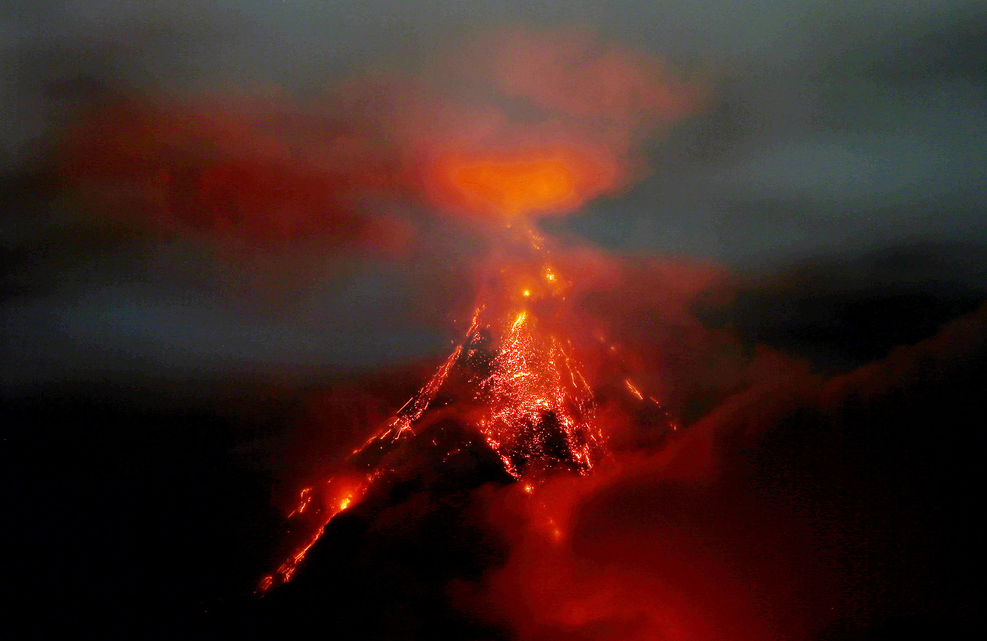 En Filipinas (foto), Hawai y Guatemala se registraronimportantes erupciones de volcanes.(AP)