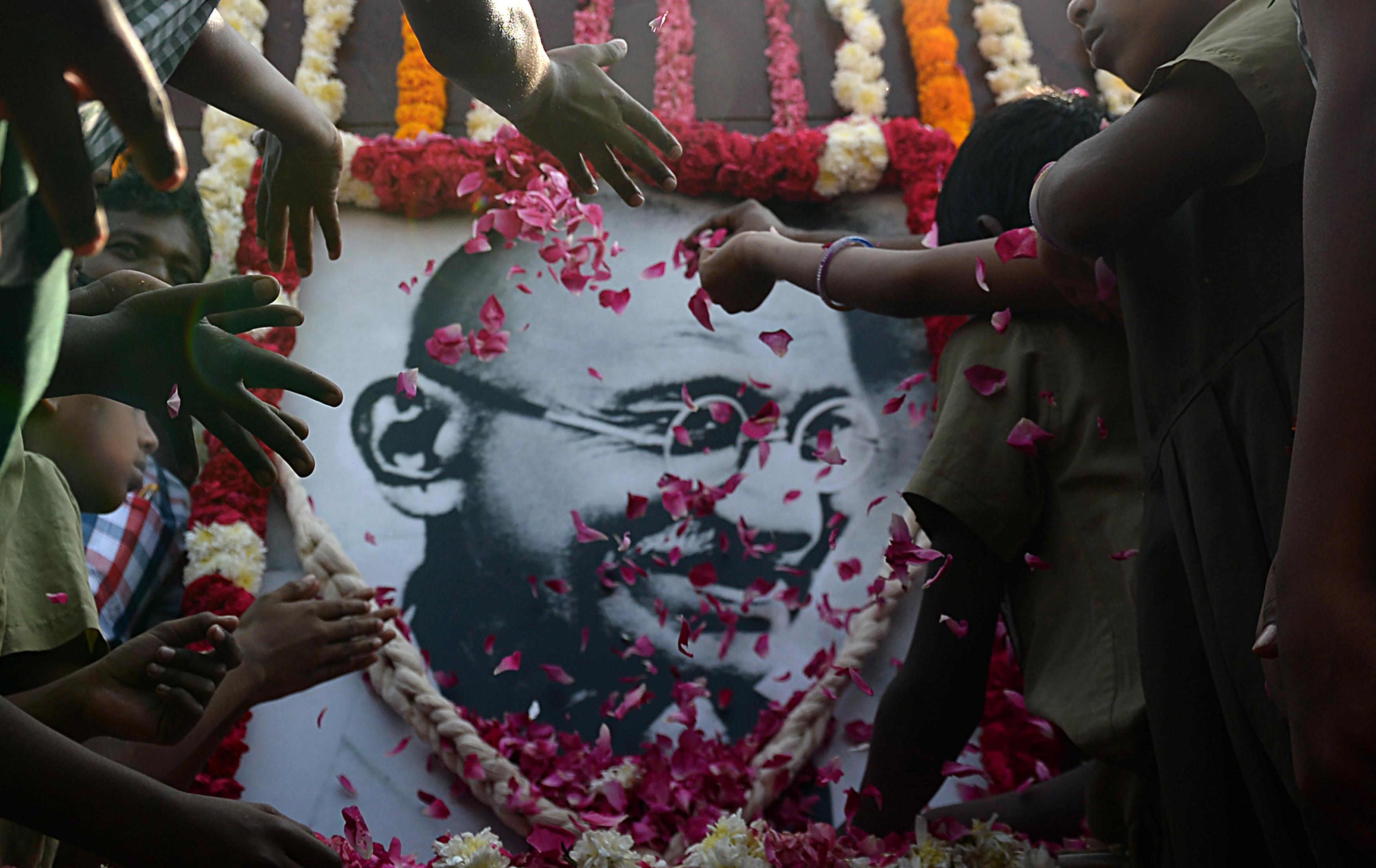 """Niños en edad escolar rinden homenaje al """"padre"""" de la India (AFP)"""