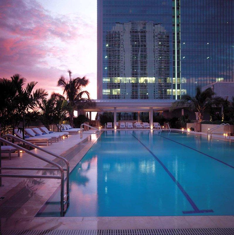 Pileta del Conrad Espirito Santo en Miami.