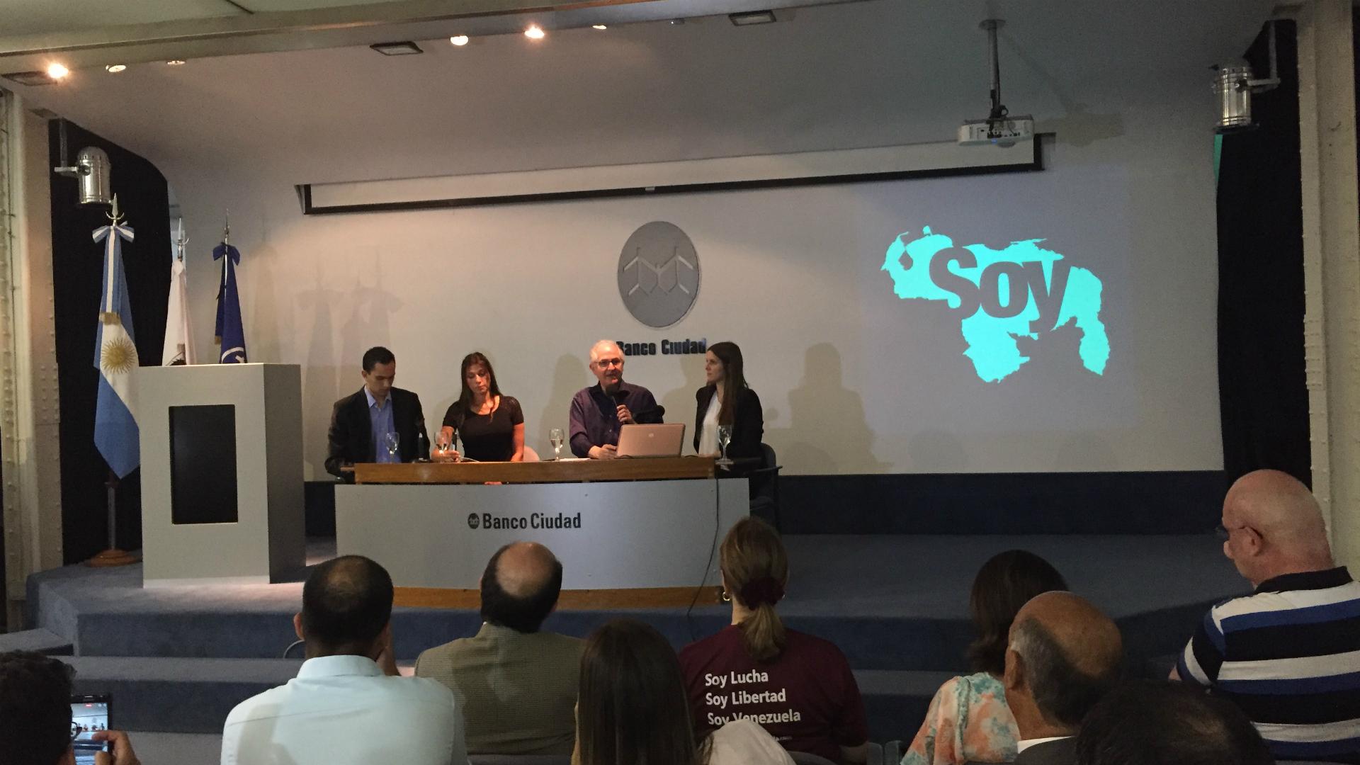 Antonio Ledezma ofreció una conferencia en el auditorio del Banco Ciudad de Buenos Aires, Argentina, junto a su compatriota la actriz Catherine Fulop
