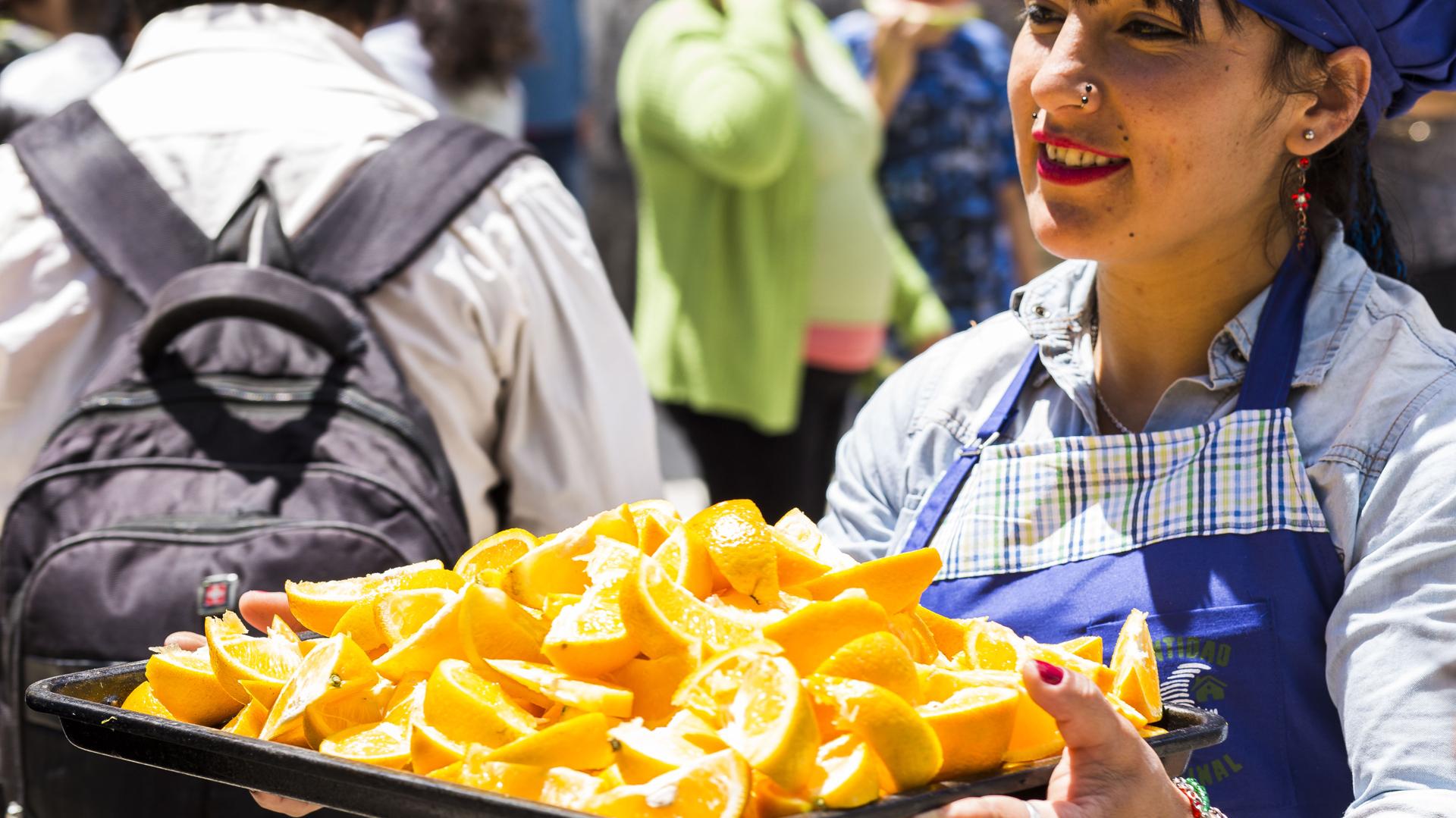 Un grupo de voluntarios de distintas organizaciones civiles y vecinales prepararon kilos y kilos de verduras y frutas que puesteros del Mercado Central de Buenos Aires donaron un día antes