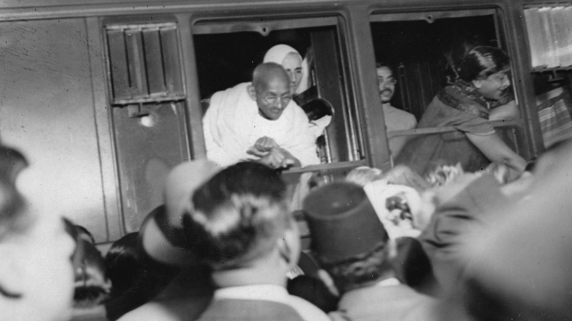 Gandhi durante un viaje a París (Imagno/Getty Images)