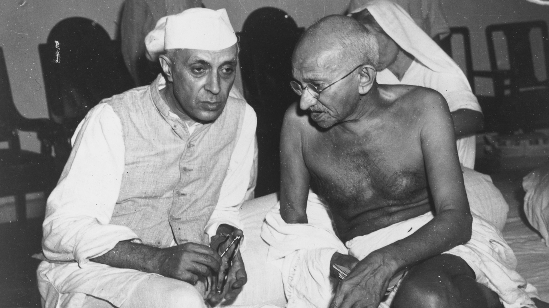 Gandhi junto al político Jawaharlal Nehru (Central Press/Getty Images)