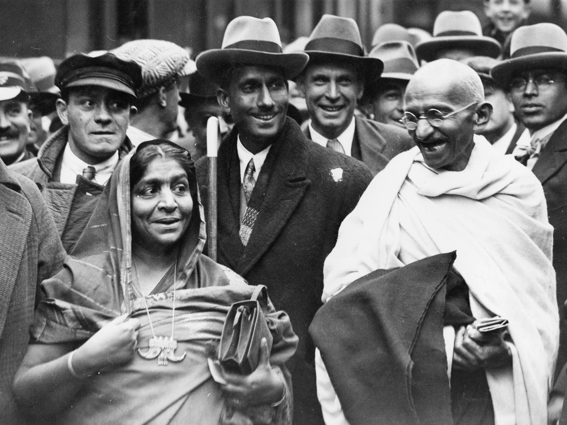 Gandhi en Inglaterra junto a la activista Sarojini Naidu (Douglas Miller/Getty Images)