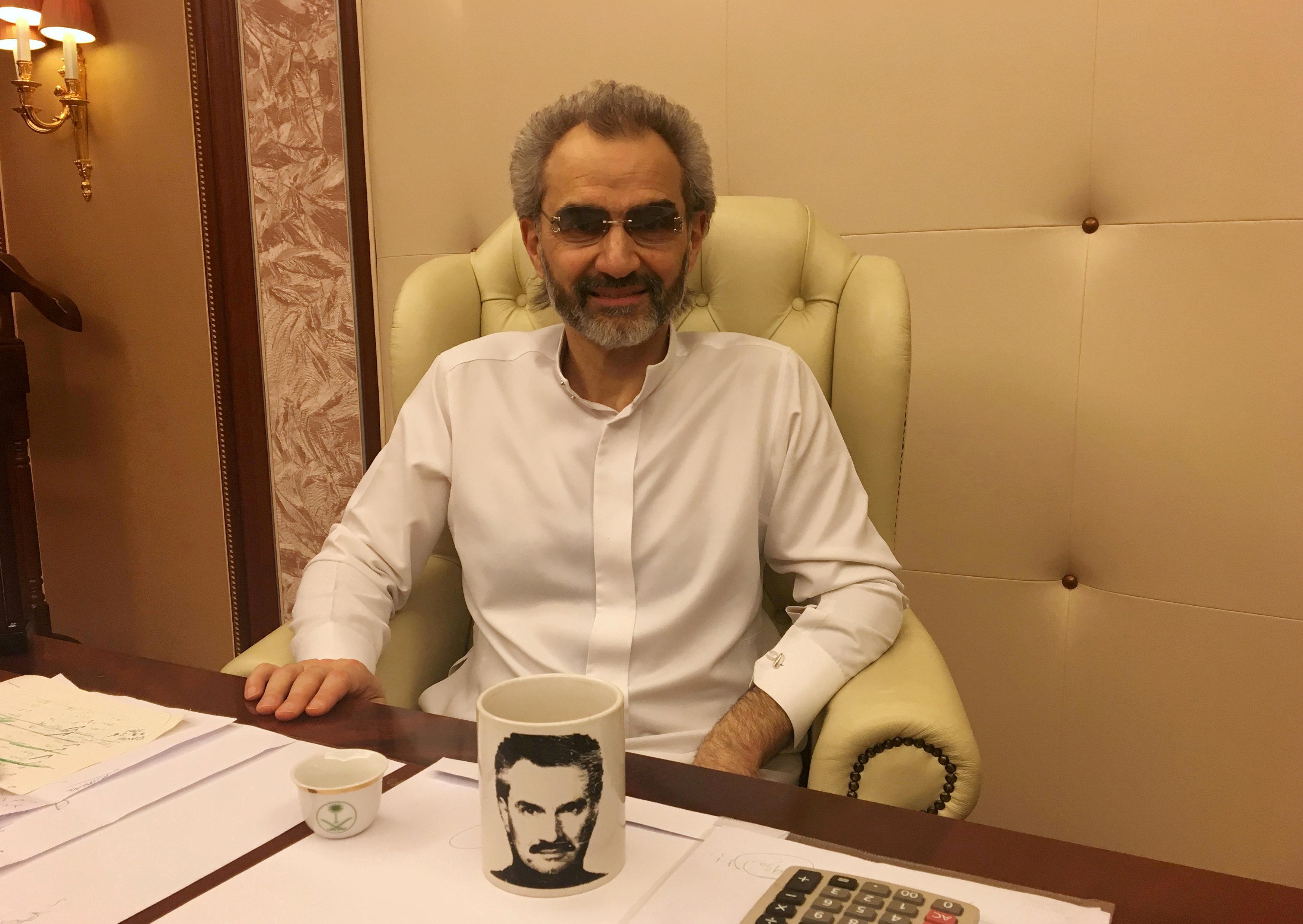 Al Walid bin Talal, en entrevista en la oficina de la suite donde pasó su detención (Reuters)
