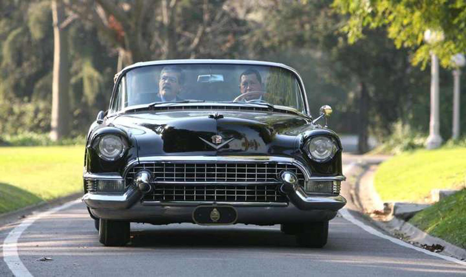 En 2006, Julio De Vido y Hugo Chávez pasearon con el Cadillac dentro de la quinta presidencial de Olivos