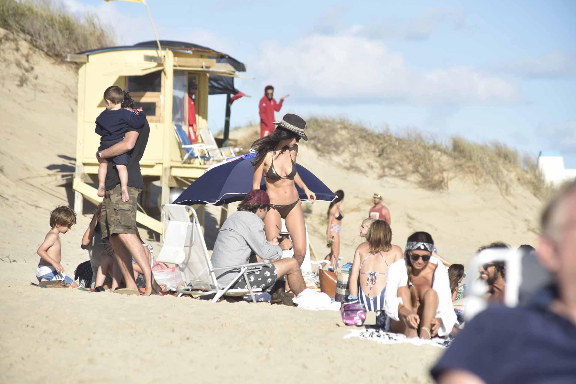 Zaira Nara pasó por el Este y lució una bikini metalizado en peltre y lo combinó con sombrero panamá en marrón y beige con gran aplique de plumas