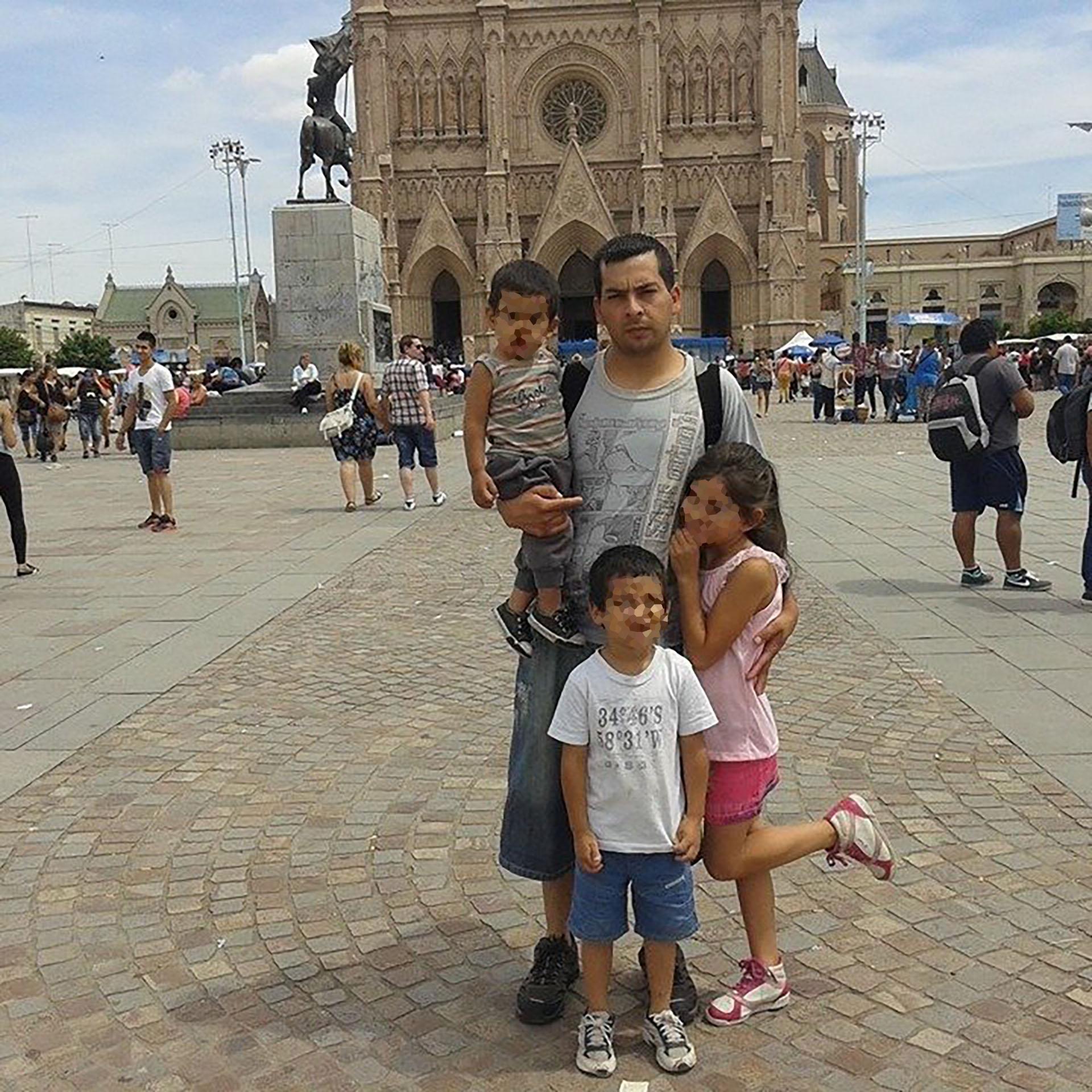 Porres junto a tres de sus hijos