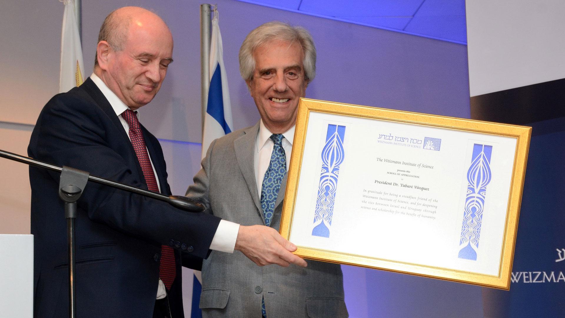 El presidente uruguayo Tabaré Vázquez recibiendo la distinción del instituto, donde cursó estudios superiores.