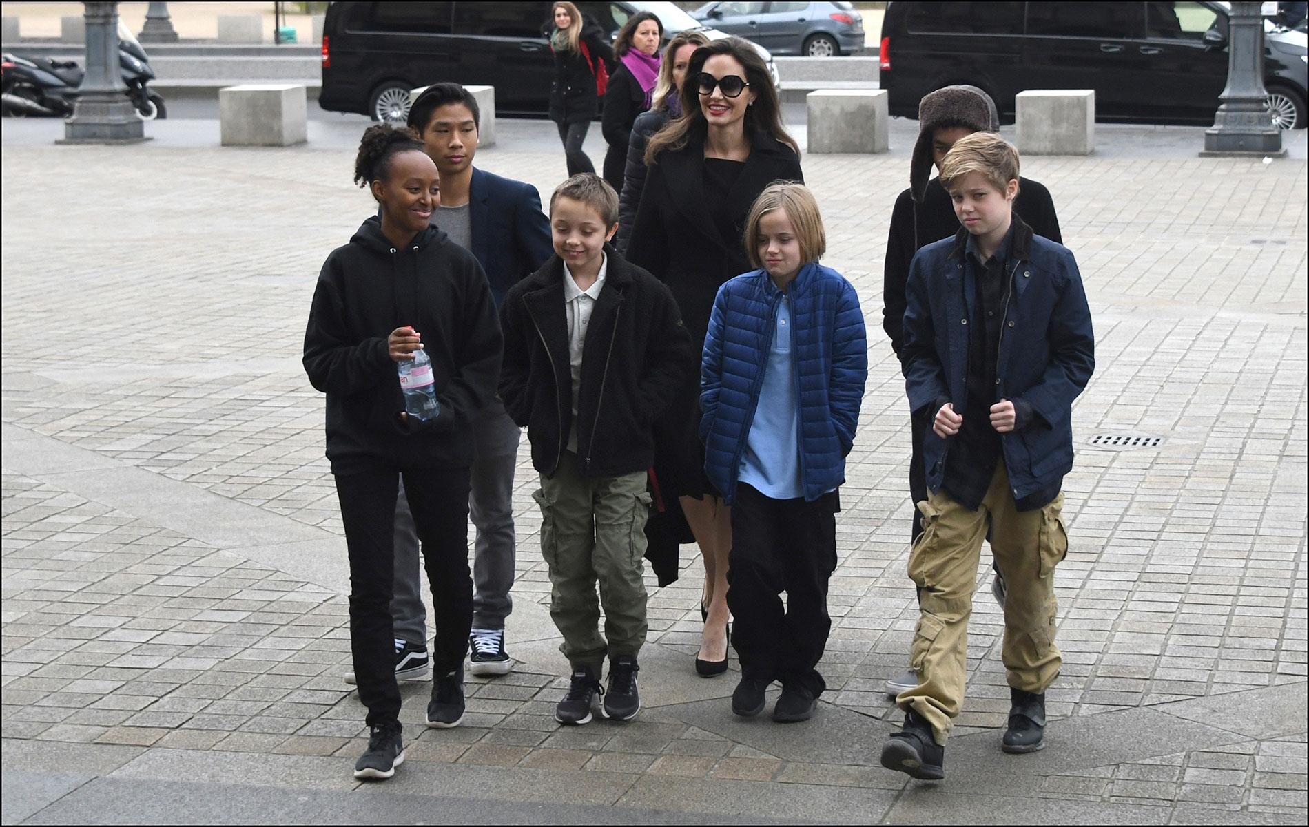 Junto a sus hijos Maddox,Pax, Zahara, Shiloh y los mellizos Knox y Vivienne.
