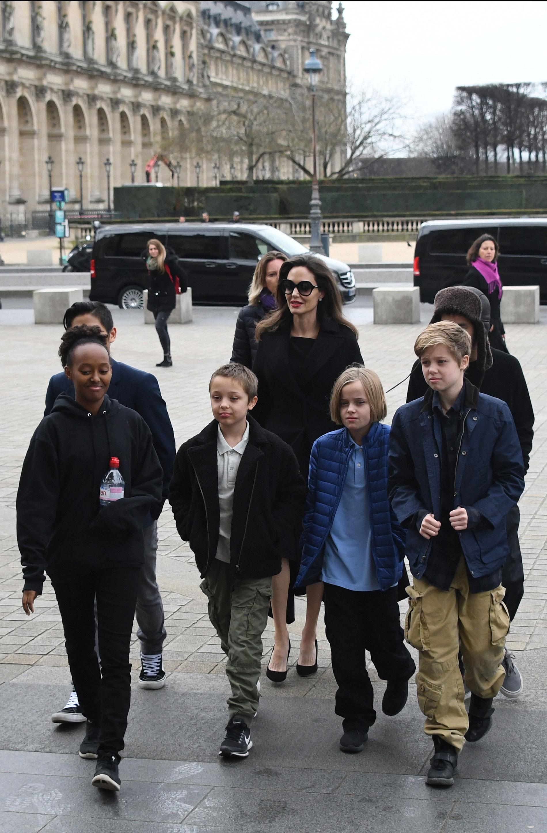 Camino al Louvre con sus seis hijos.