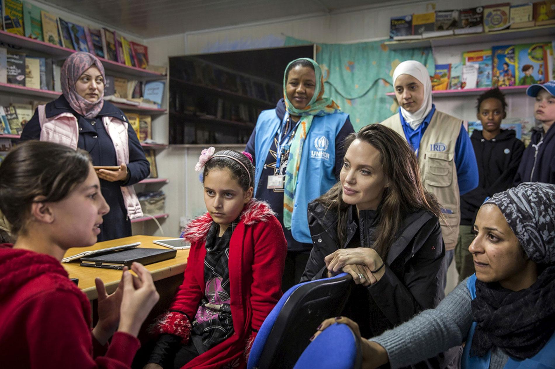 Con familia de refugiados y adolescentes enZataari, Jordania.