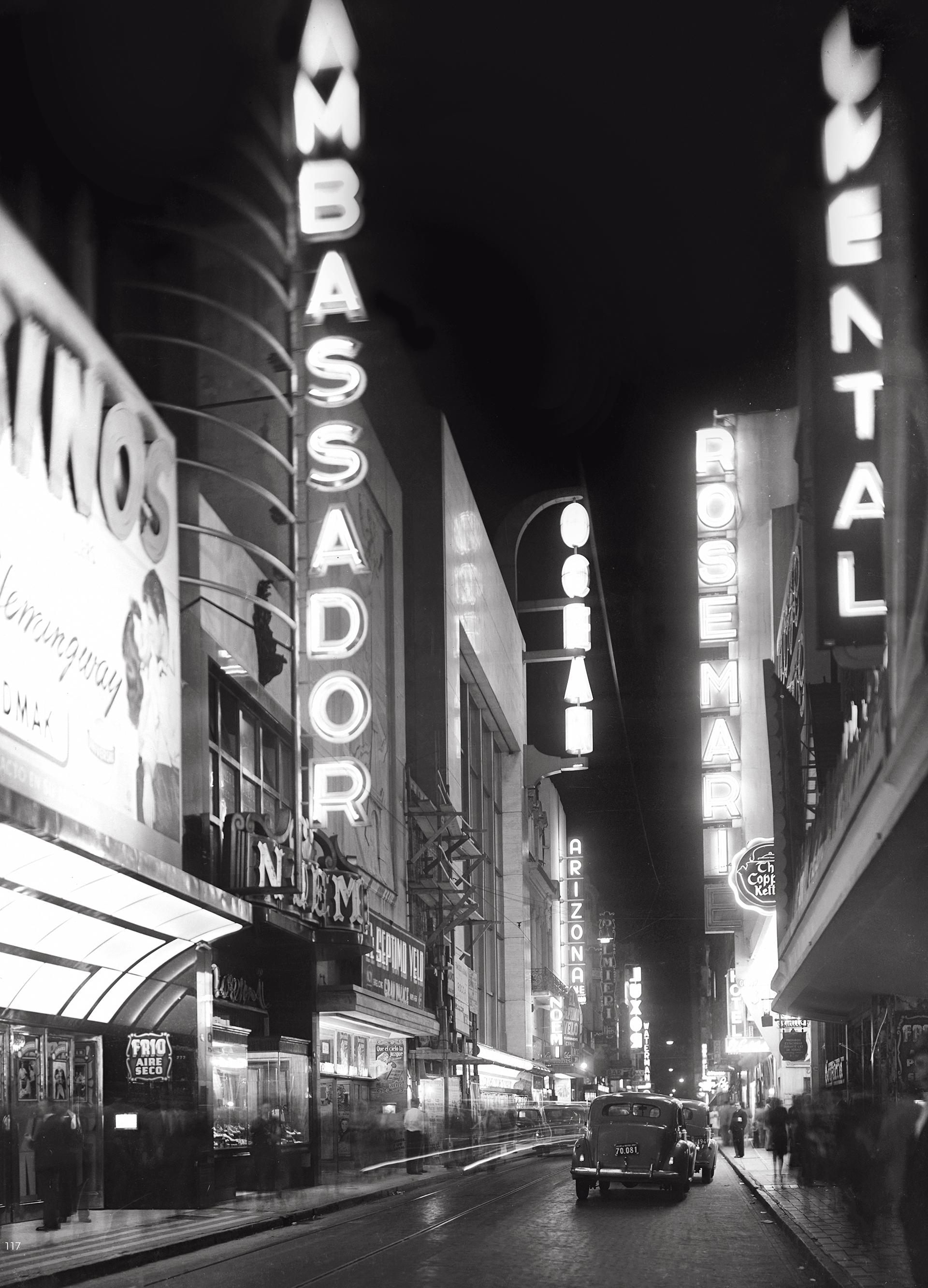 Las marquesinas de la calle Lavalle de noche, en el año 1945 (Archivo Manuel Gómez)