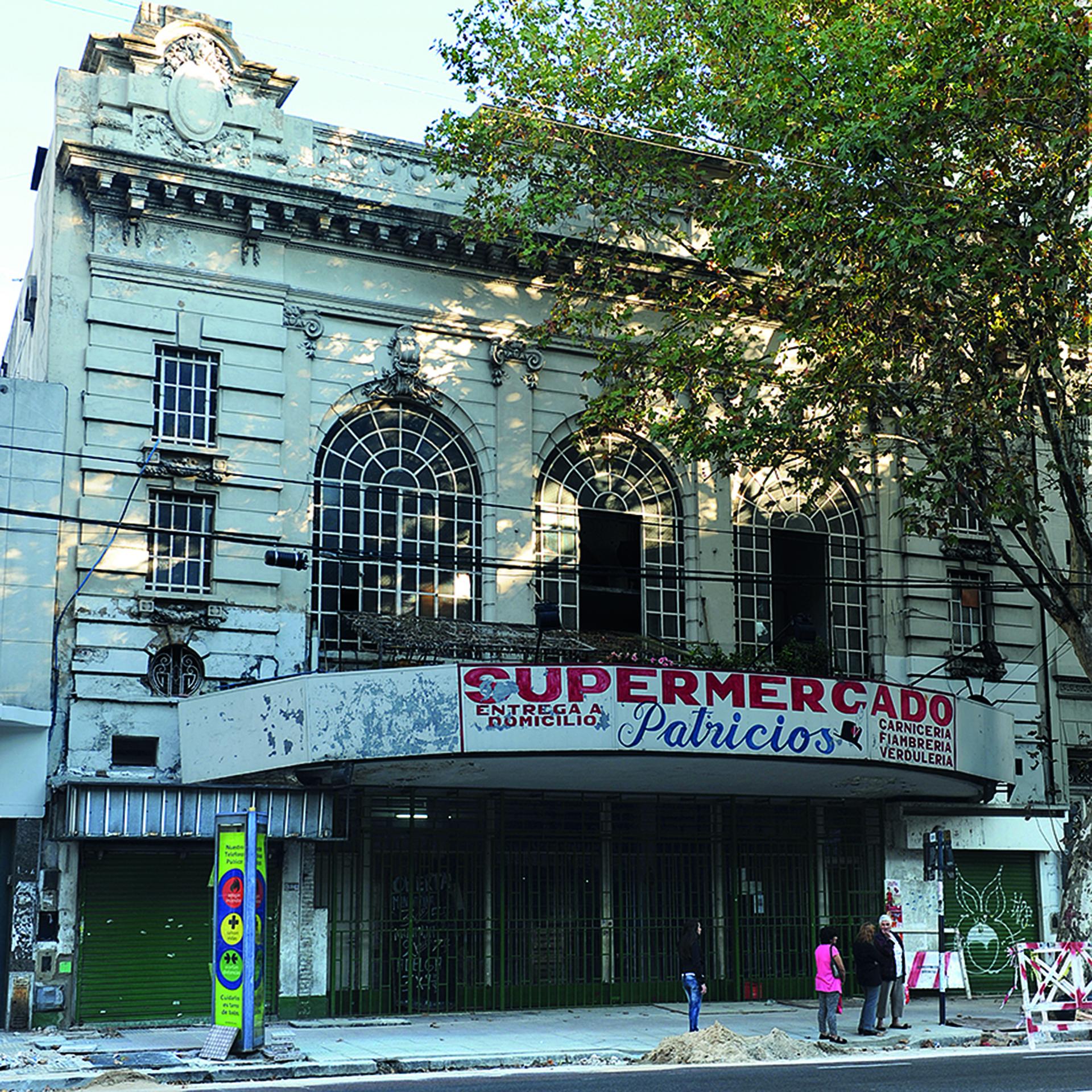 Cine-Teatro Urquiza, ahora reconvertido en un supermercado de barrio (Fabio Grementieri)
