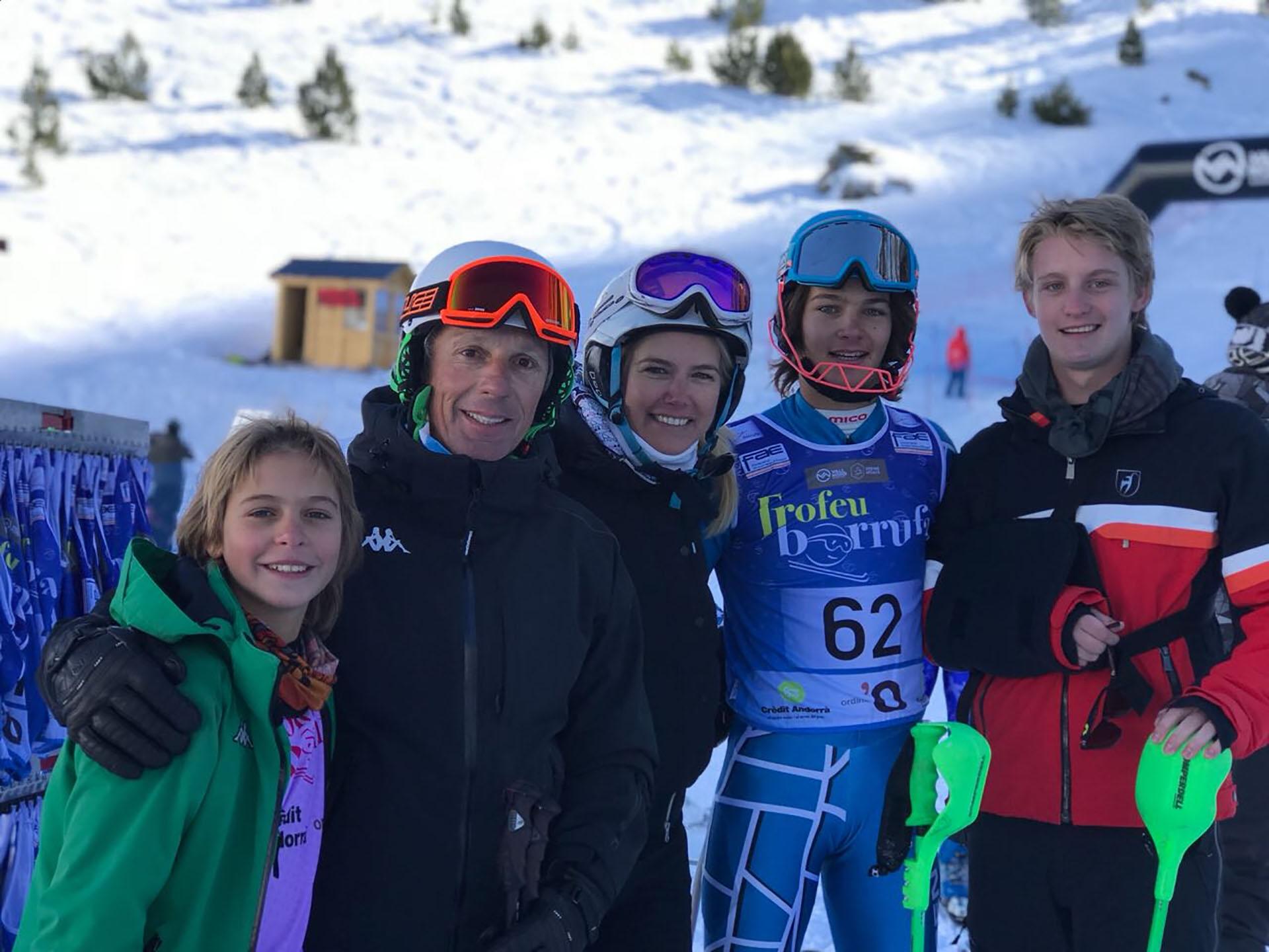 El orgullo de Valeria Mazza y Alejandro Gravier junto a Tiziano, Taina y Balthazar, otro gran campeón que sigue cosechando títulos en el esquí internacional