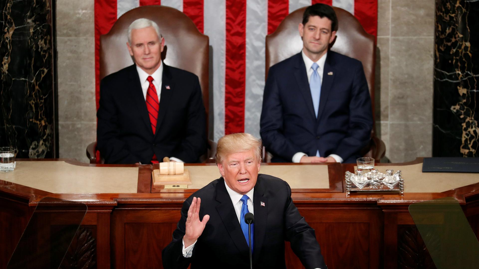 El presidente de los Estados Unidos, Donald Trump; detrás, el vicepresidente, Mike Pence, y el titular de la Cámara de Representantes, Paul Ryan.