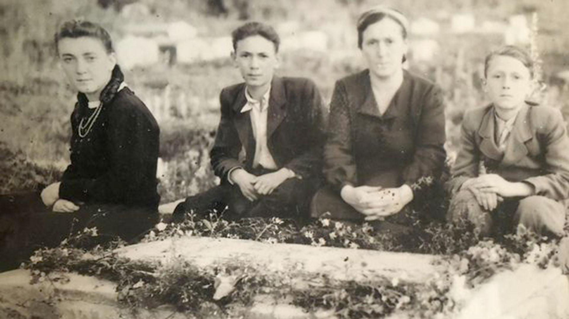 Mania, Dunia, Etcia y Mareka en 1946, cuando ya los nazis habían abandonado su pueblo de Korolówka, Ucrania. Ahora soportaban a los soviéticos, nuevamente