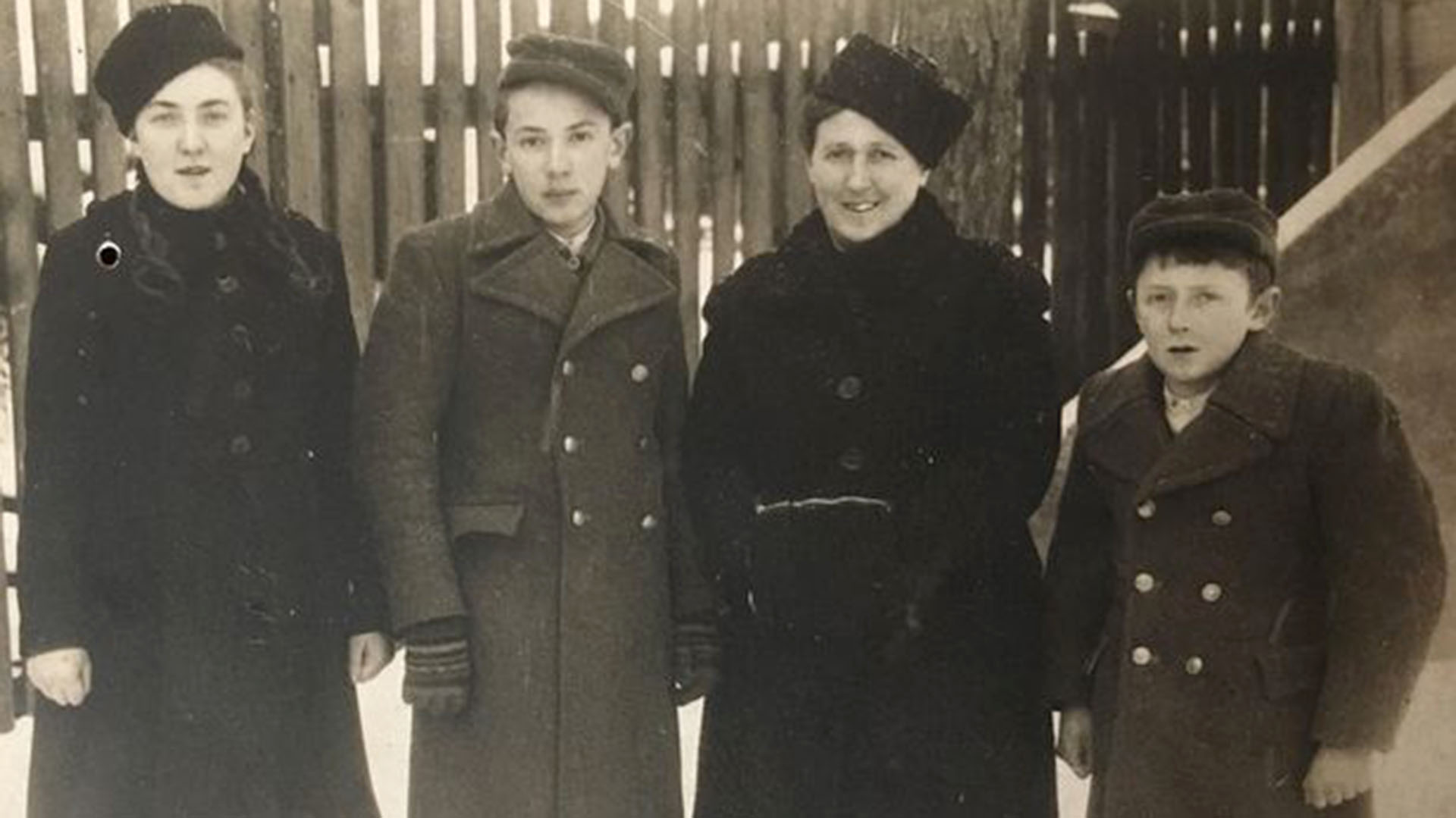 Mania, Dunia, Etcia y Marek en un crudo invierno de 1949