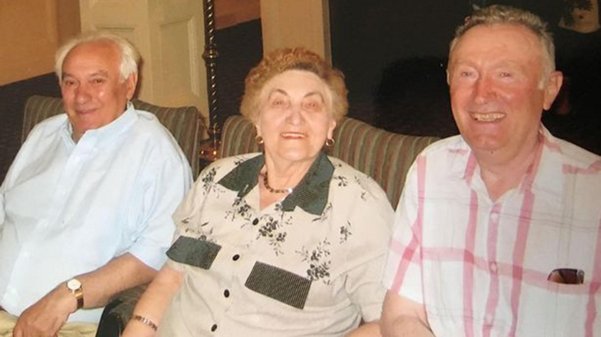Marek, Mania y Dunia en los Estados Unidos, en una fotografía tomada en 2005. La mujer, quien sufrió hasta el final pesadillas sobre la cueva, murió este mes a los 89 años