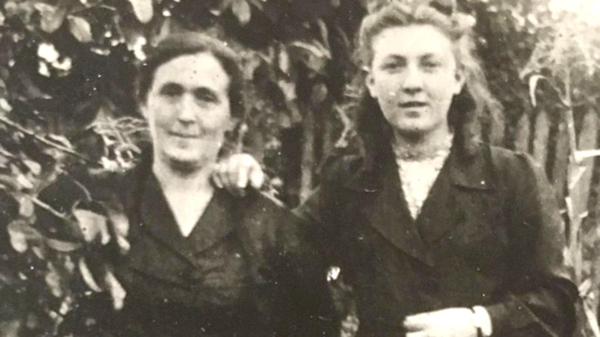 Etcia y Mania, poco después de la Segunda Guerra Mundial. Viuda, la madre fue una leona que debió soportar en soledad la supervivencia de sus tres hijos