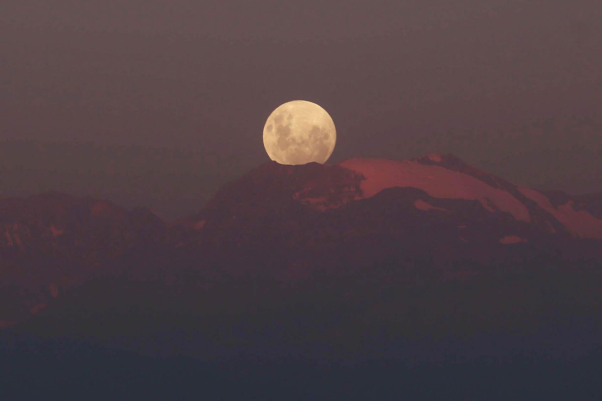"""Una """"super luna"""" de luna llena se levanta sobre la cordillera de los Andes en Santiago de Chile, el 30 de enero de 2018. (Reuters)"""