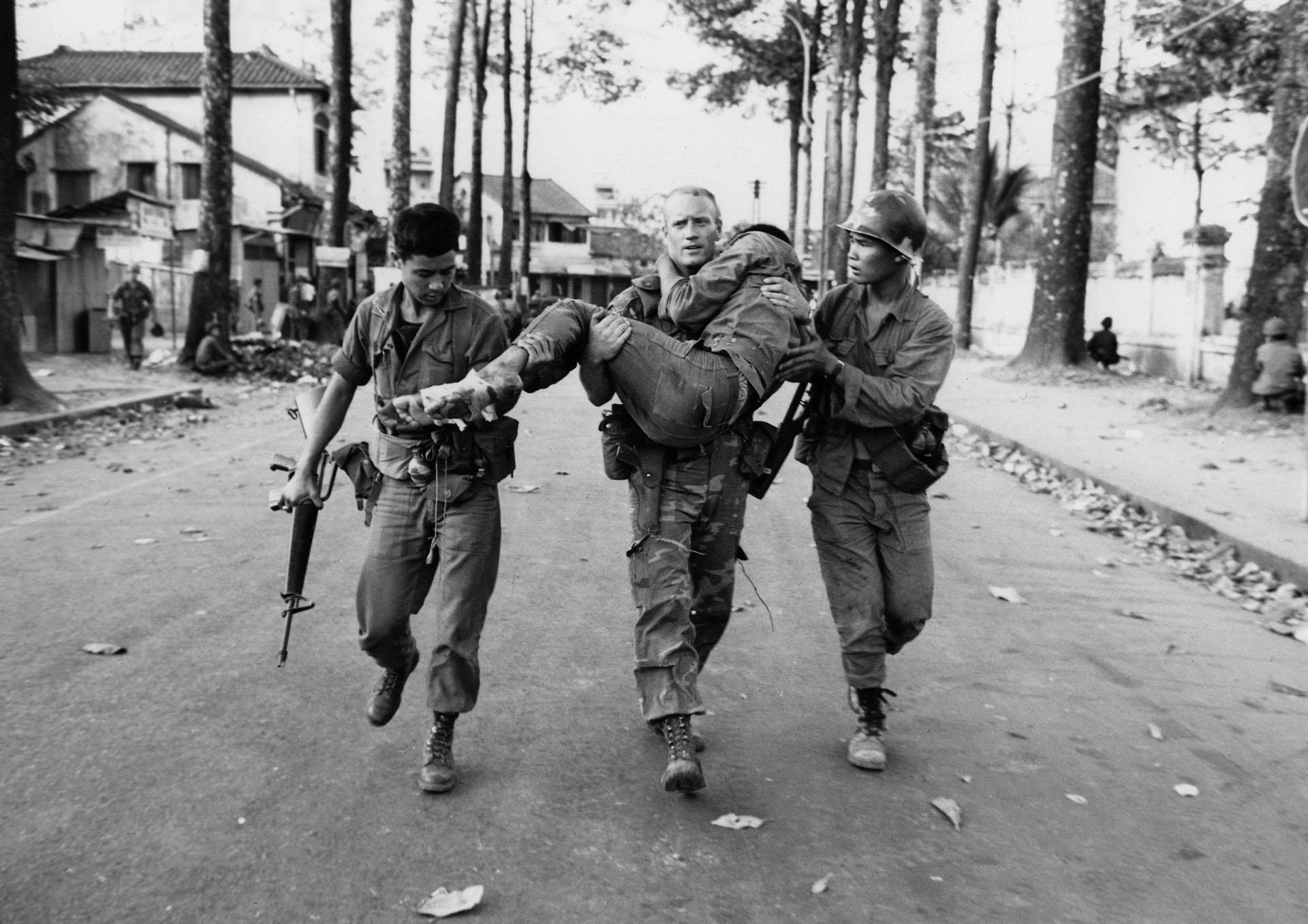 El teniente estadounidense Gary D. Jackson carga a un soldado herido de Vietnam del Sur. La Ofensiva se realizó en medio de los festejos por el Año Nuevo Lunar, o Tet (AP/Dang Van Phuoc)