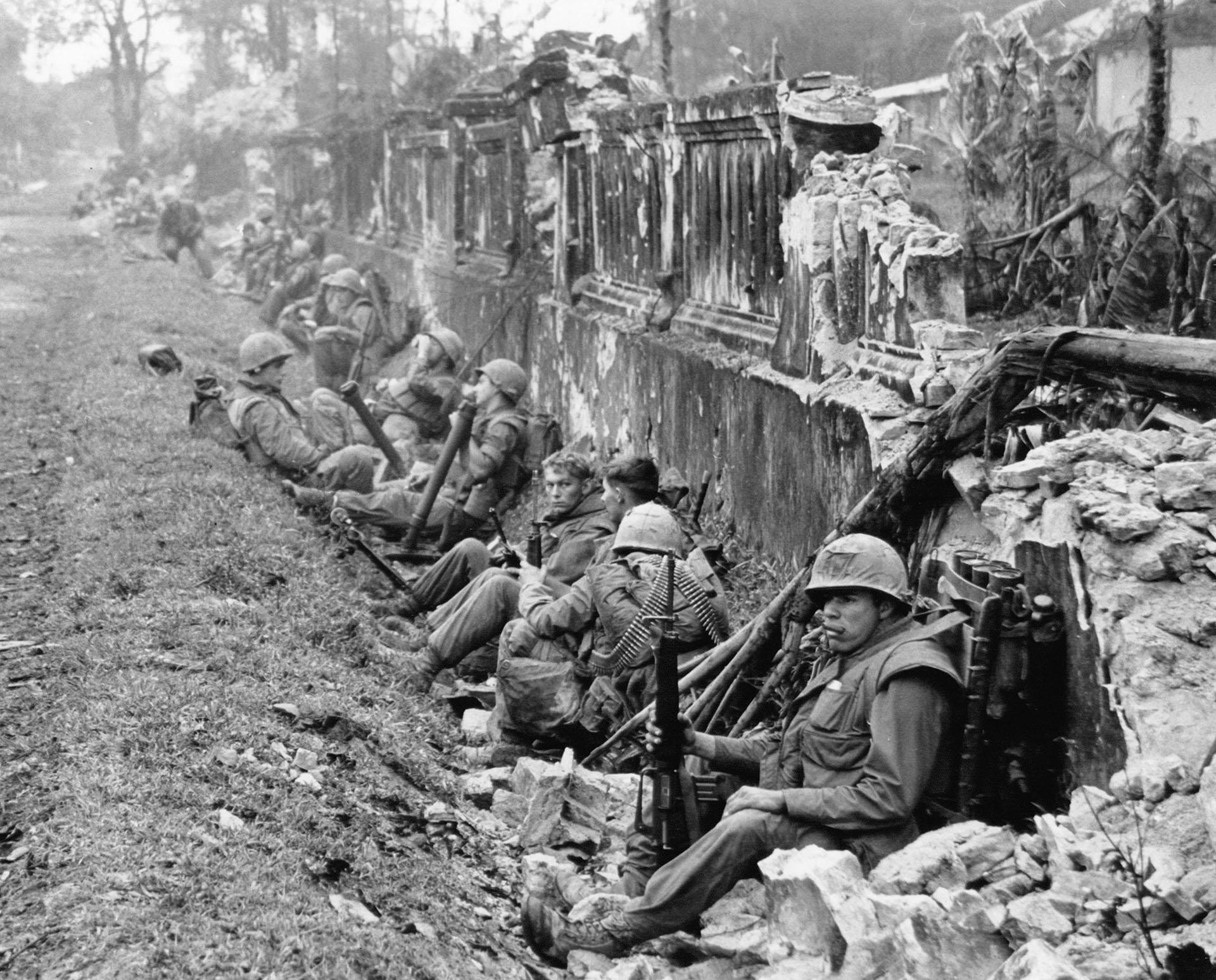Tropas del 5to regimiento de Infantería de Marina de Estados Unidos en la ciudad de Hue, que vio fuertes combates (AP/File)