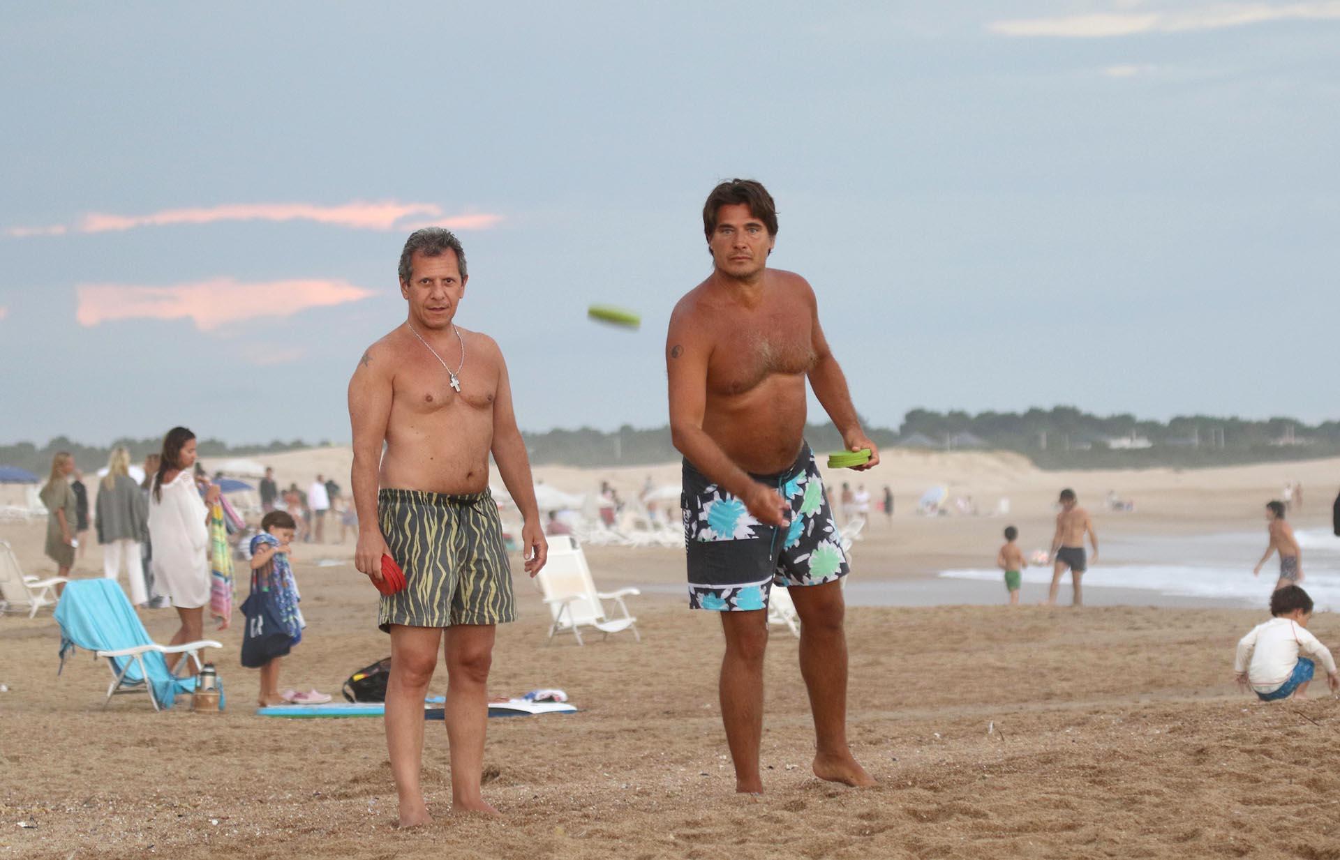 Guillermo Andino está de vacaciones en Punta del Este. El conductor de América aprovechó para jugar al tejo en la playa