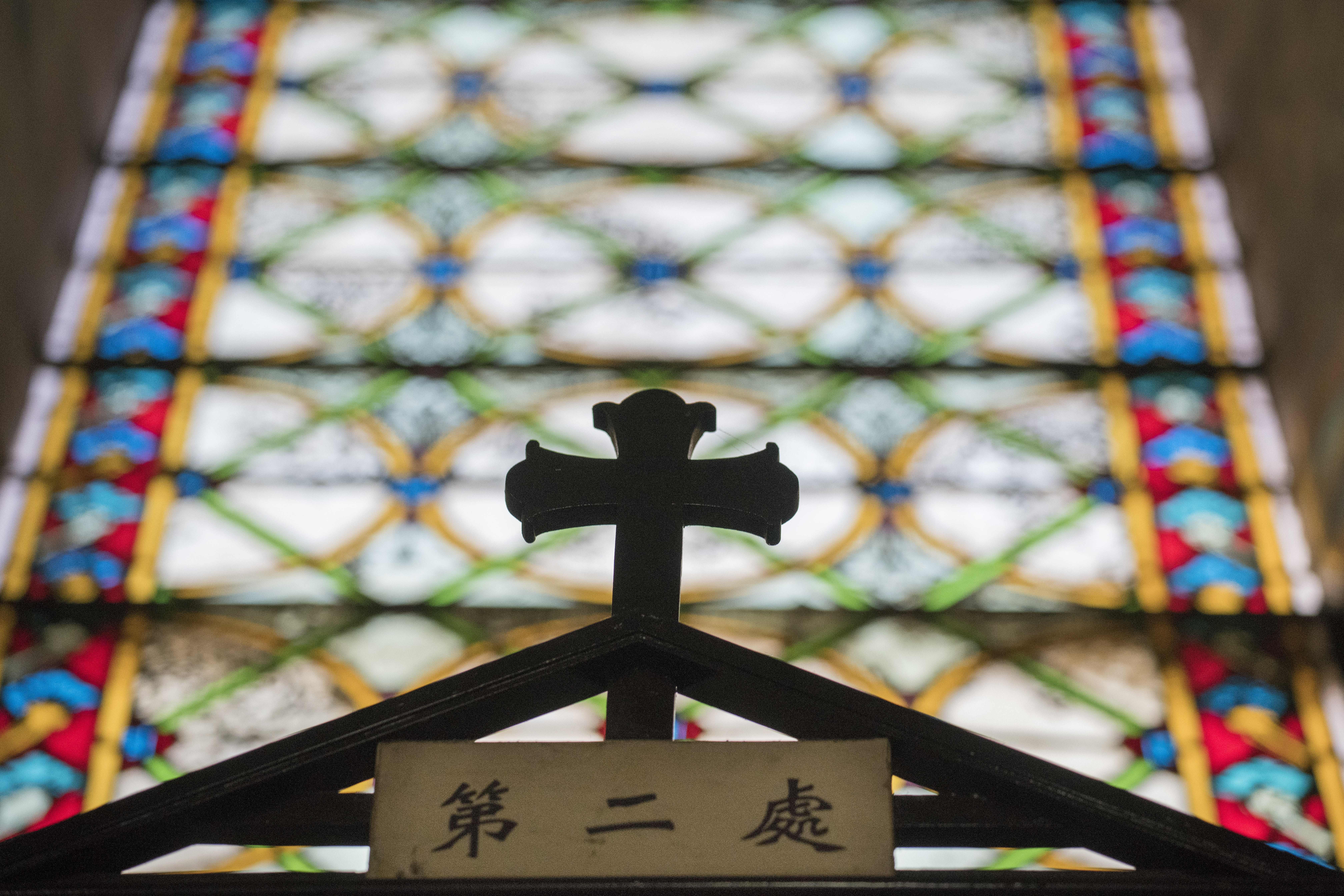 Una cruz en la iglesia de San José, también conocida como Wangfujingen Beijing(AFP)